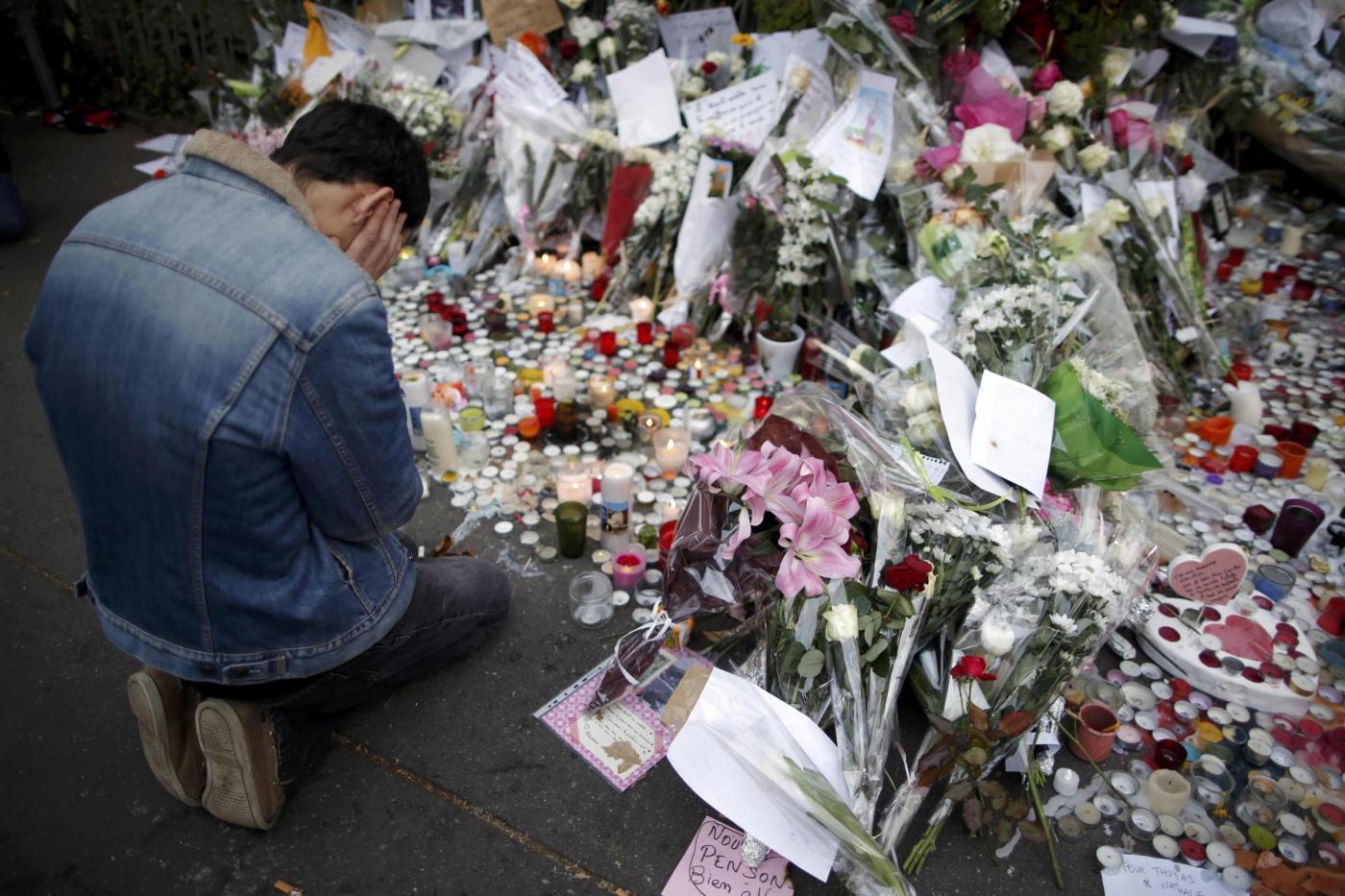 Parigi , omaggi alle vittime nei luoghi degli attacchi