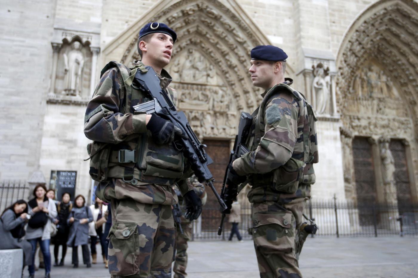 Soldati con mitra e giubbotto antiproiettile sorvegliano Parigi