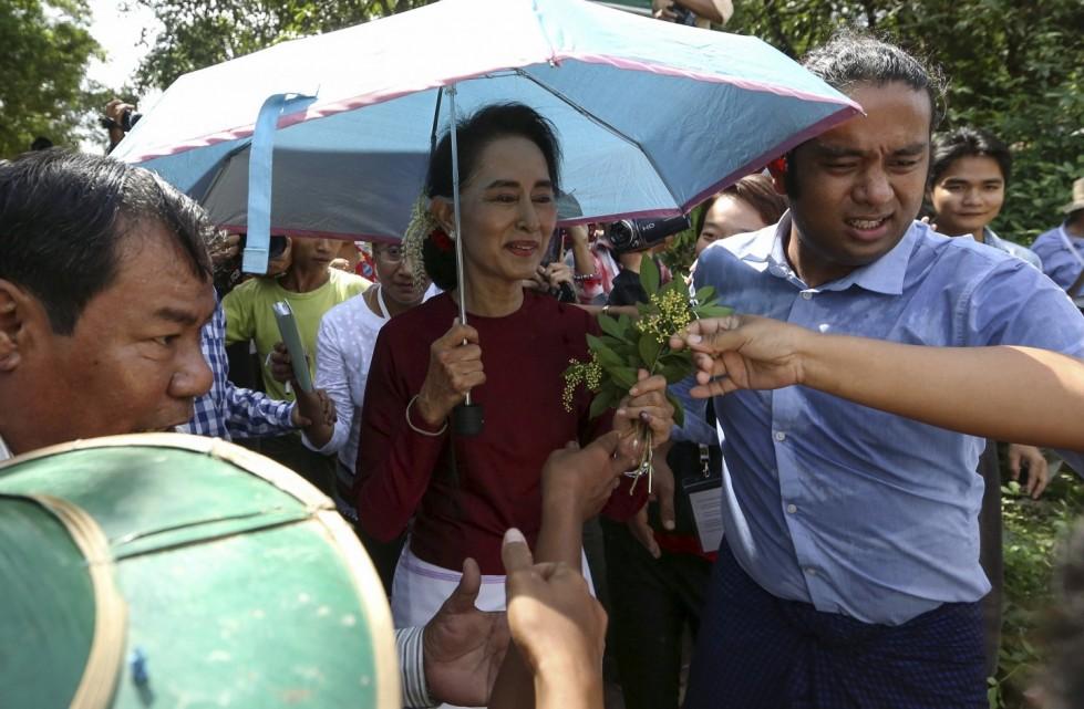 Aung San Su Kyi al termine di un incontro politico