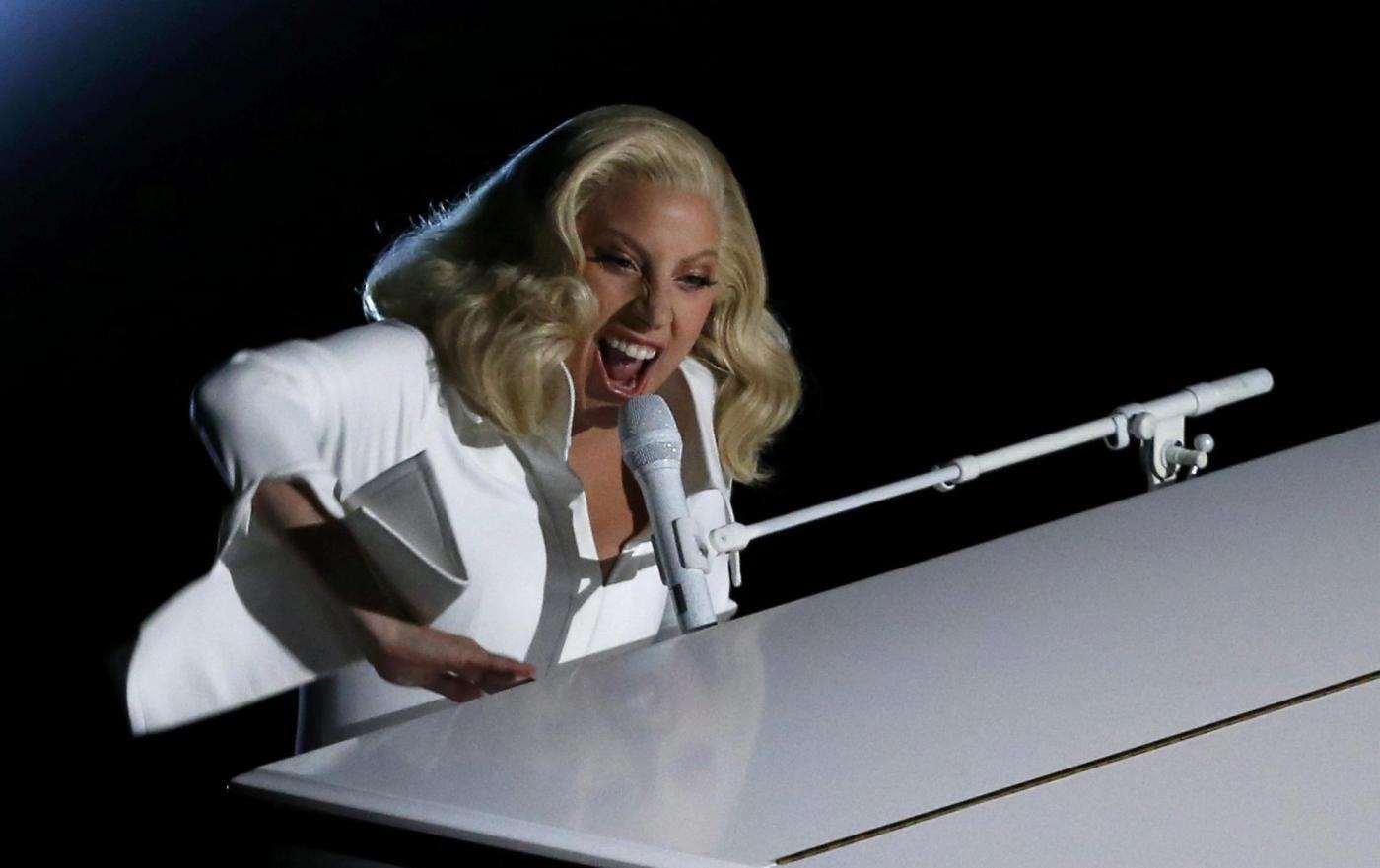 Oscar 2016, Lady Gaga racconta il suo stupro e dedica un brano contro la violenza