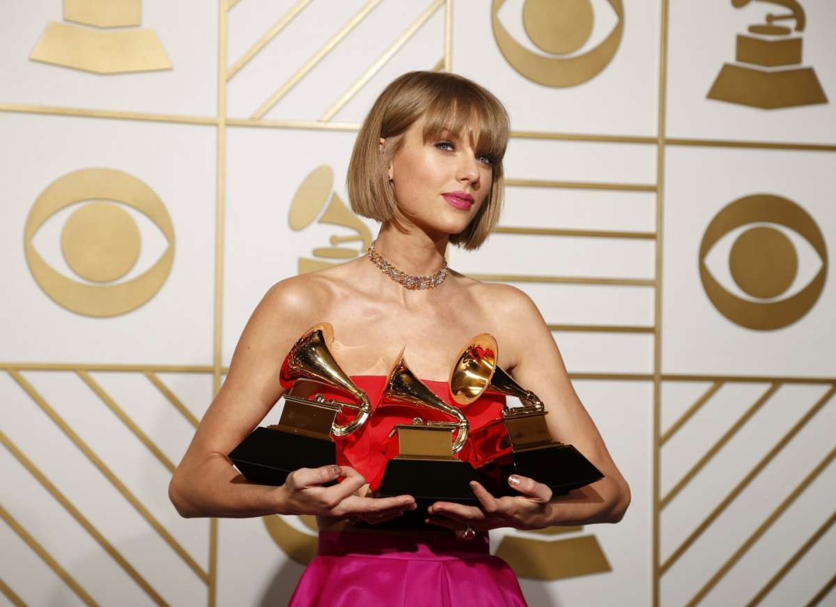 Grammy Awards 2016, Taylor Swift trionfa e lancia un messaggio alle donne [FOTO]