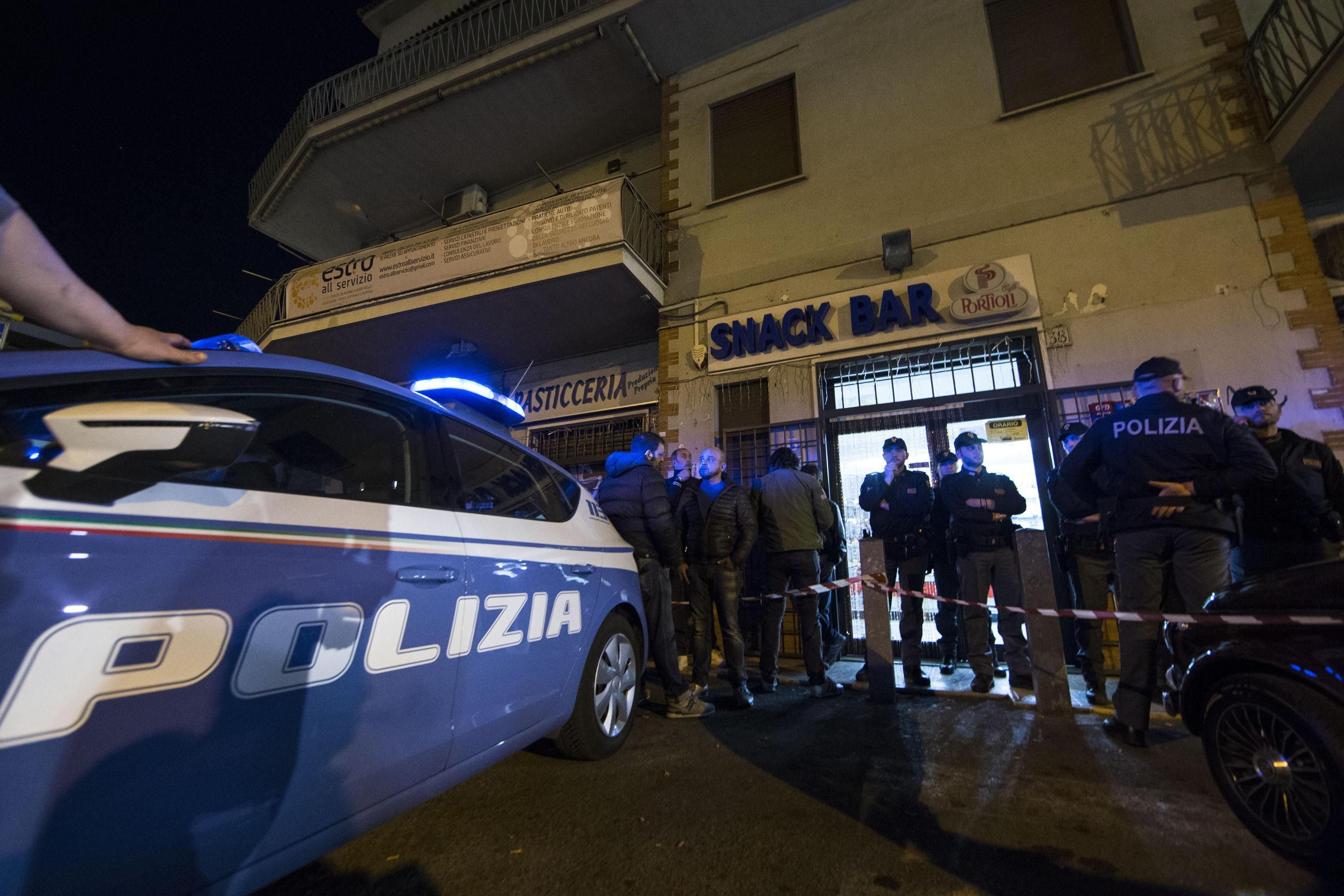 Donna uccisa in un bar a Lunghezza: il marito confessa