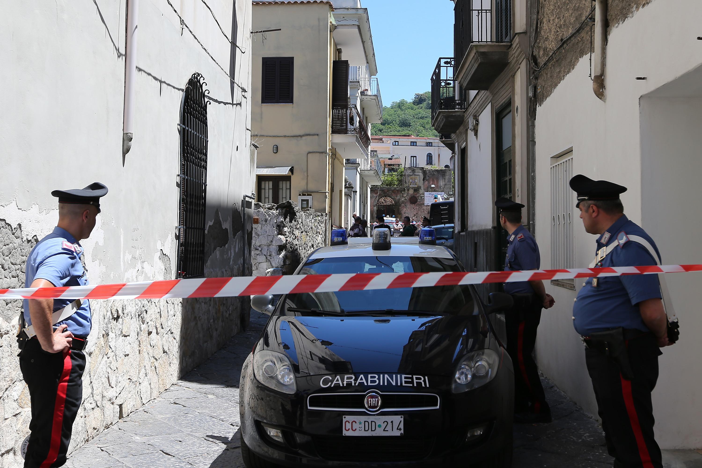 Napoli, uccide la moglie e poi si getta dalla finestra