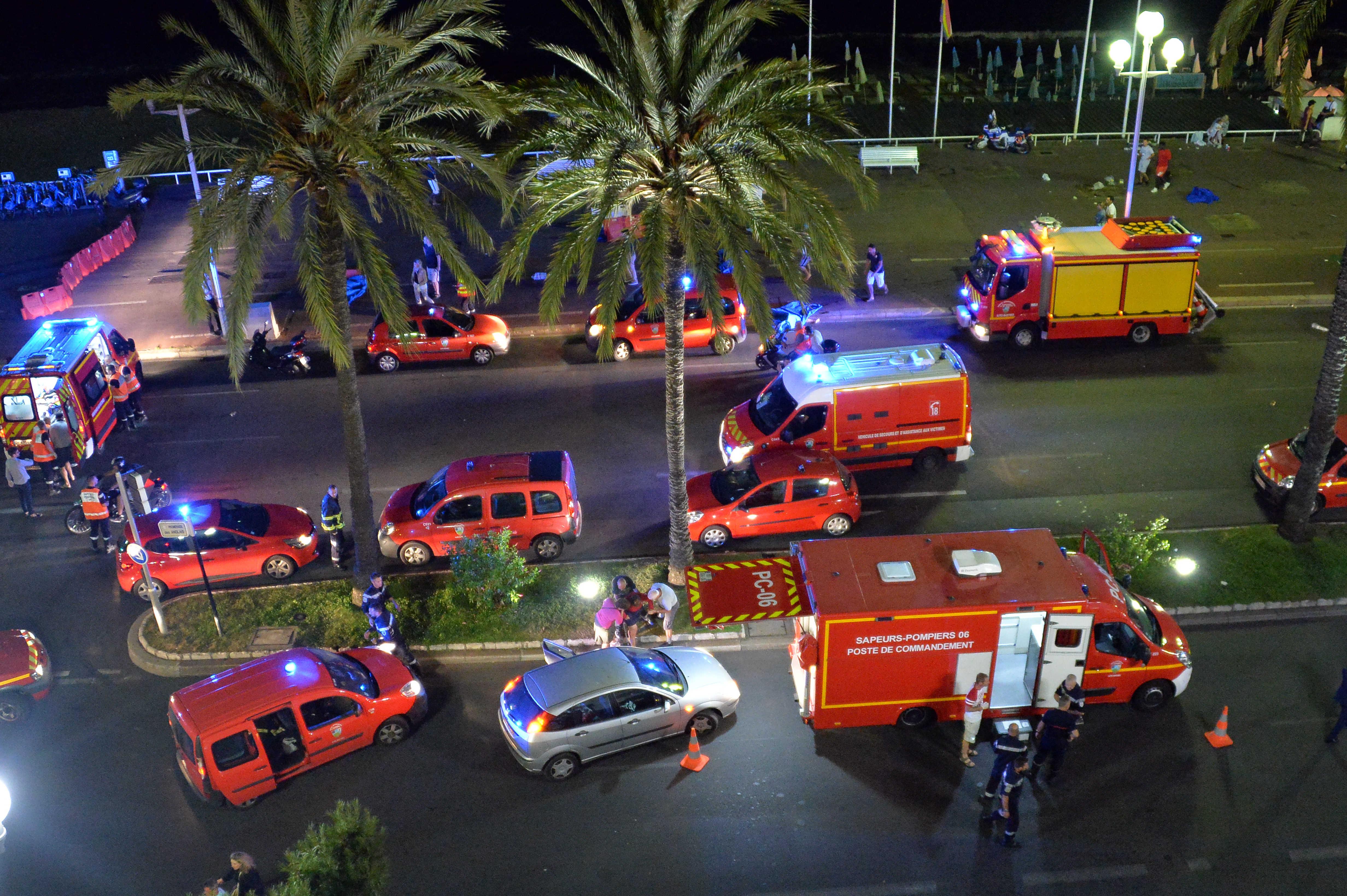 Attentato a Nizza, camion investe la folla: almeno 84 morti