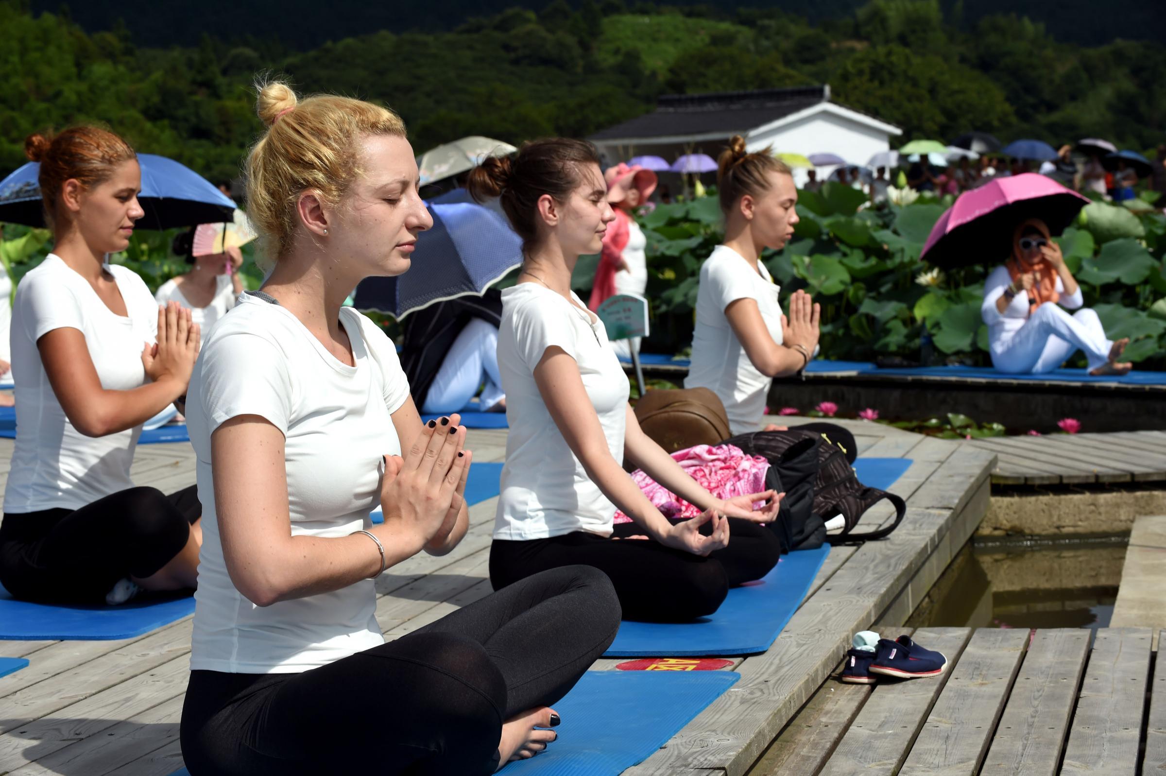 Lezioni di yoga tra i fiori di loto nel villaggio di Xiuzhu