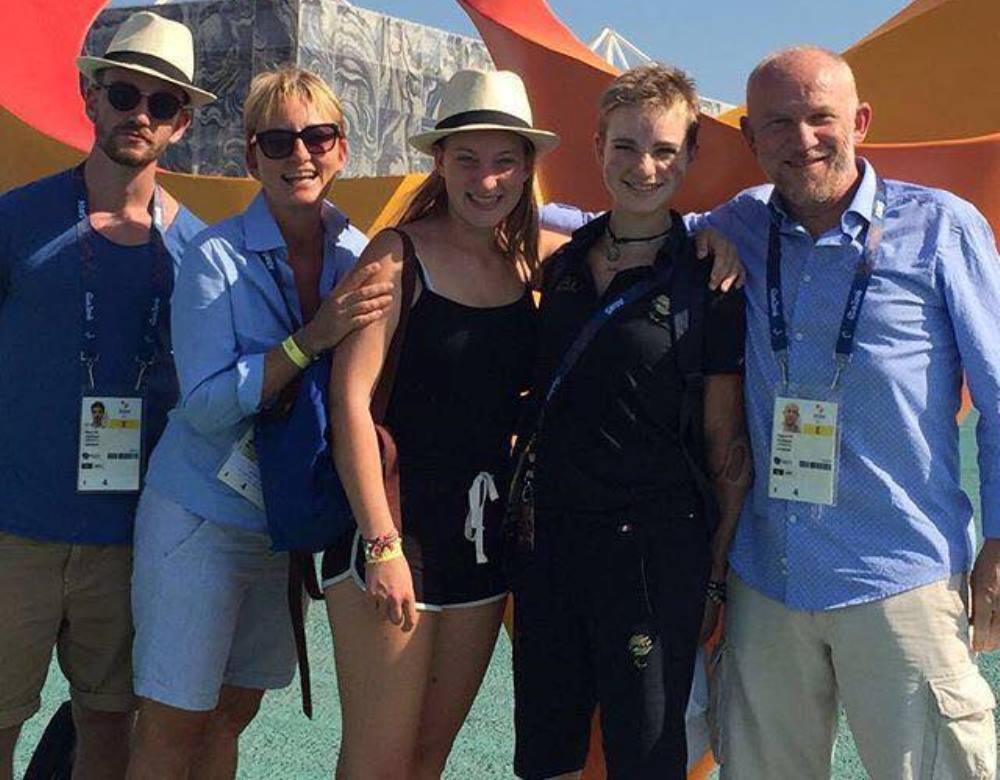 La campionessa mondiale di fioretto individuale paralimpico in carica con la sua famiglia