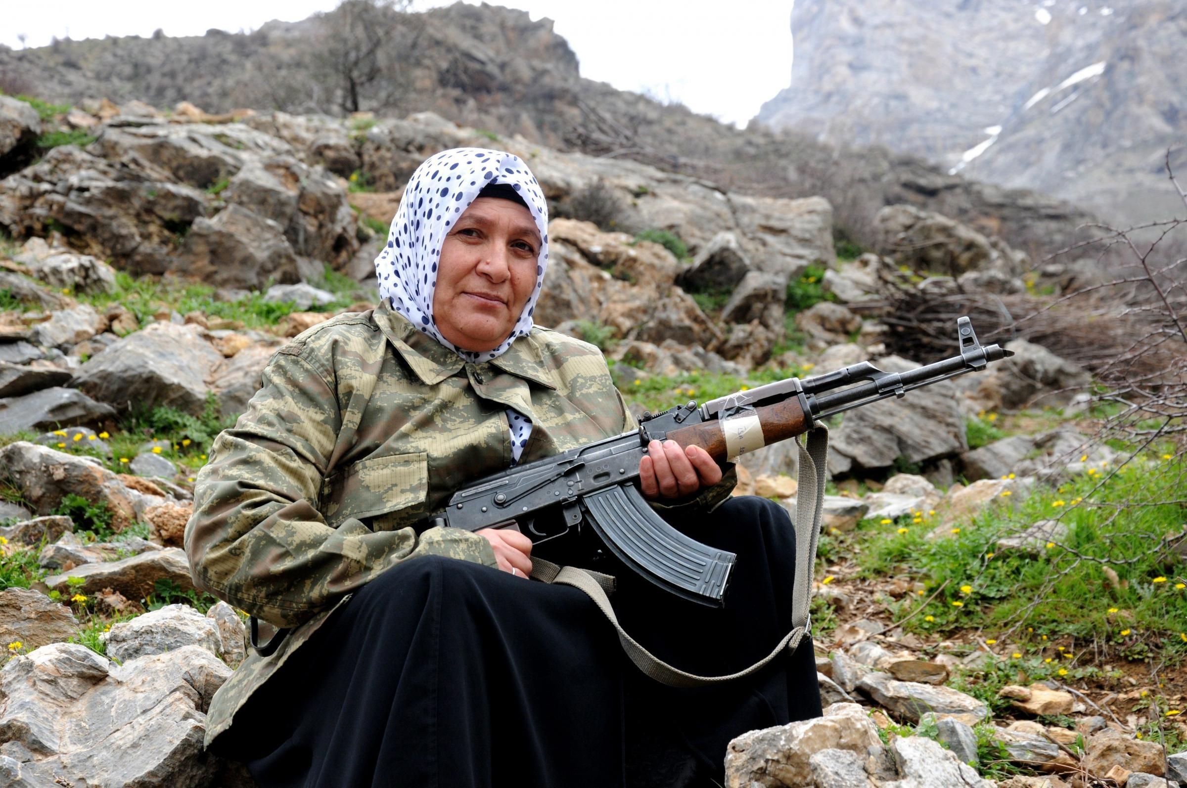 Donne soldato curde fanno da guardia ai villaggi minacciati da Isis