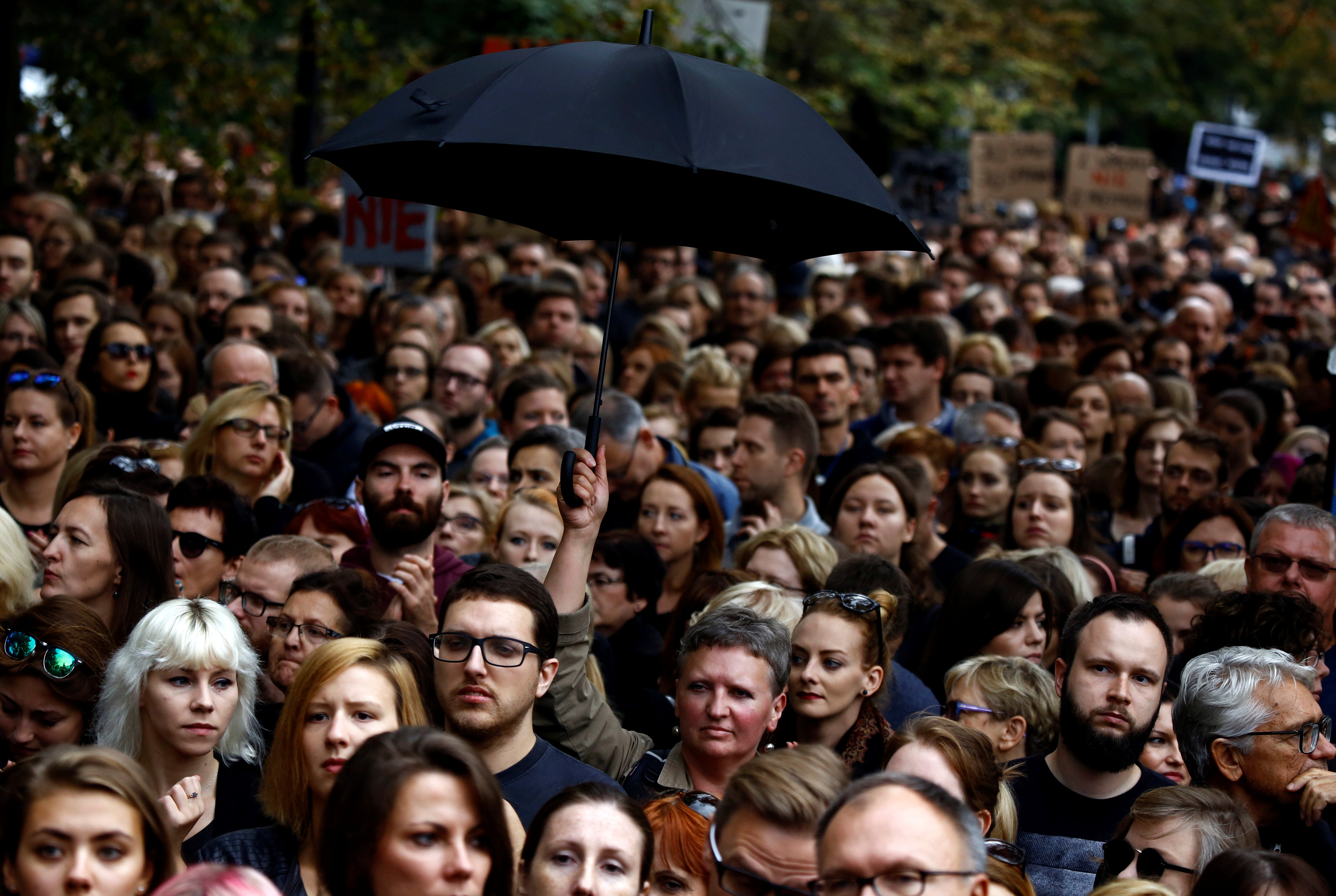 Polonia, migliaia in piazza a Varsavia contro nuove restrizioni all'aborto