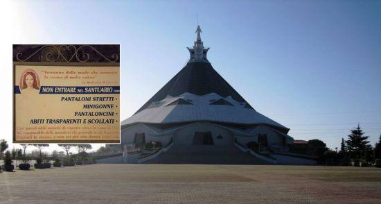 Chiesa San Cipriano d'Aversa, cartello shock: la donna in minigonna non è una buona cristiana