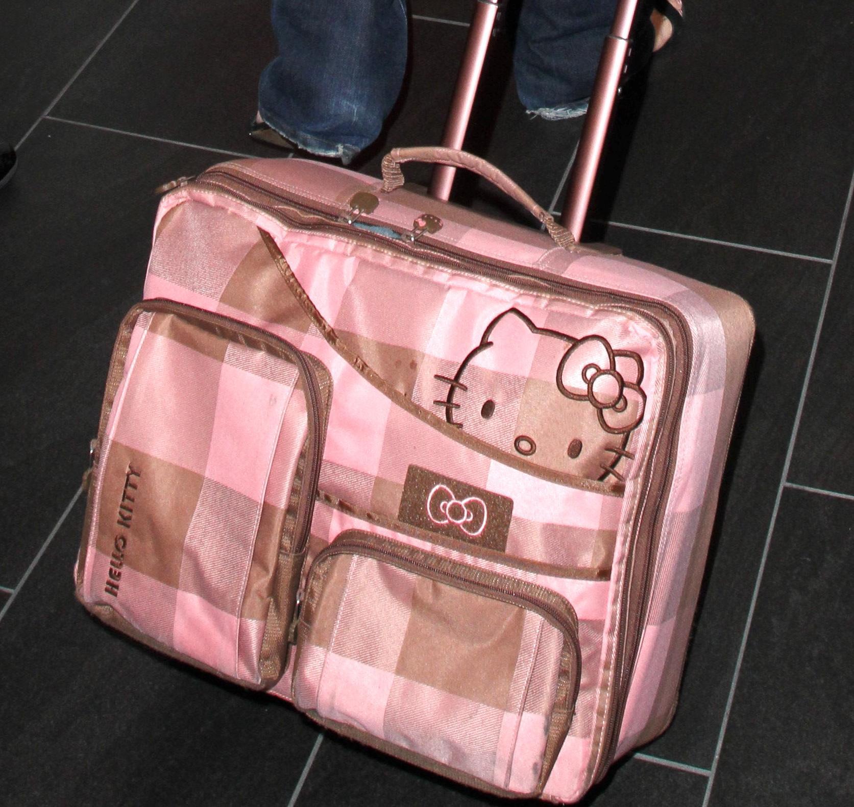 Geena Davis in partenza dall'aeroporto di L.A. con il trolley di Hello Kitty.