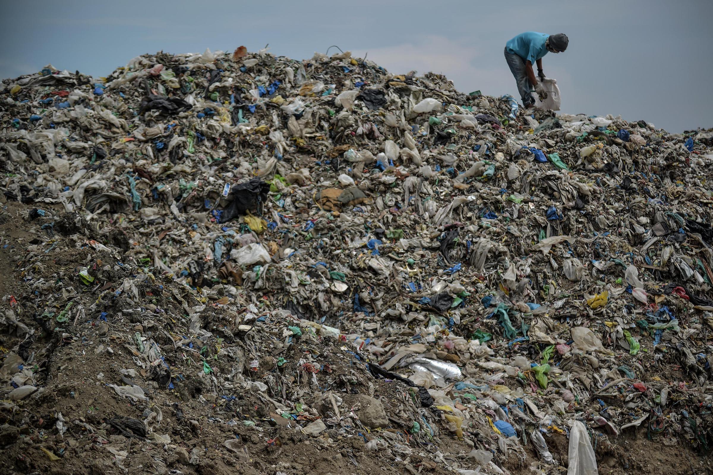 Manila, la popolazione fruga nella discarica