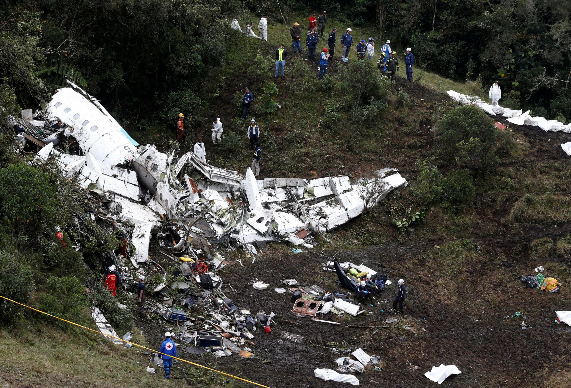 I soccorsi tra i resti dell'aereo precipitato in Colombia