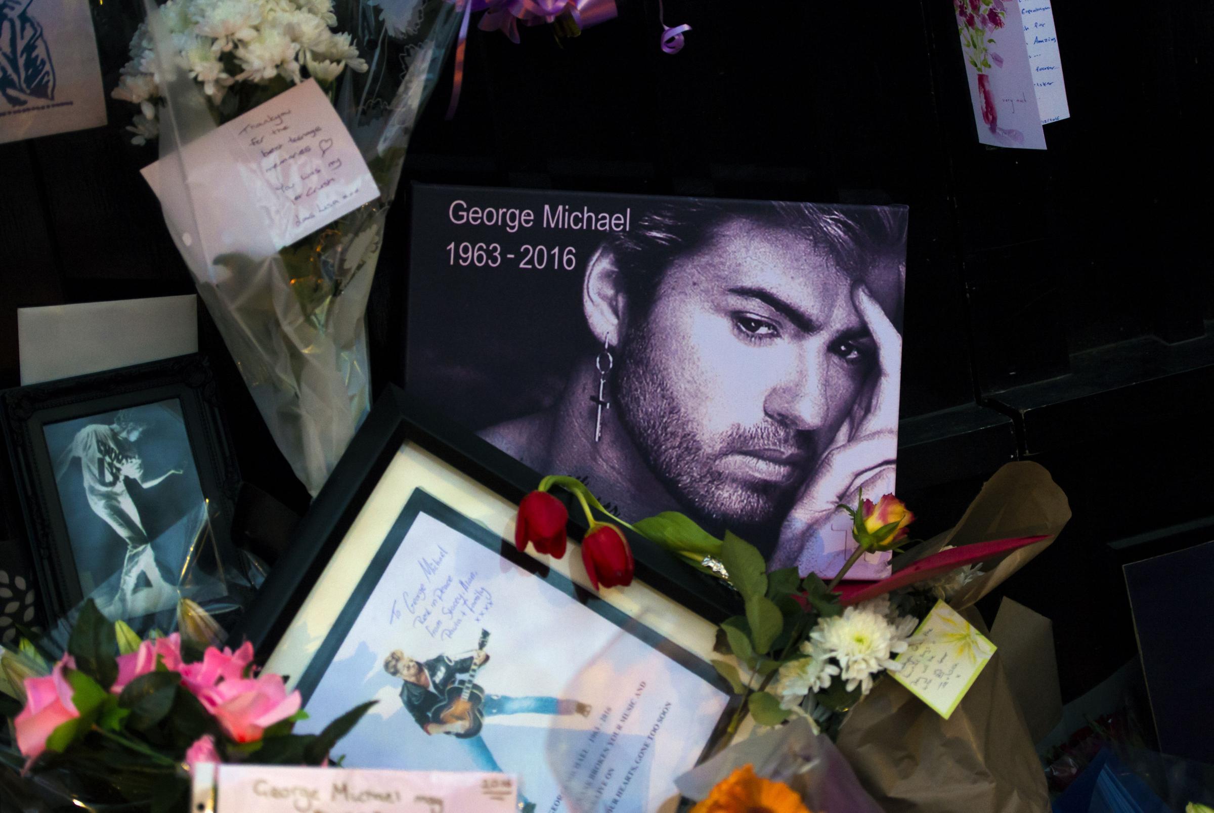 Fan rendono omaggio a George Michael
