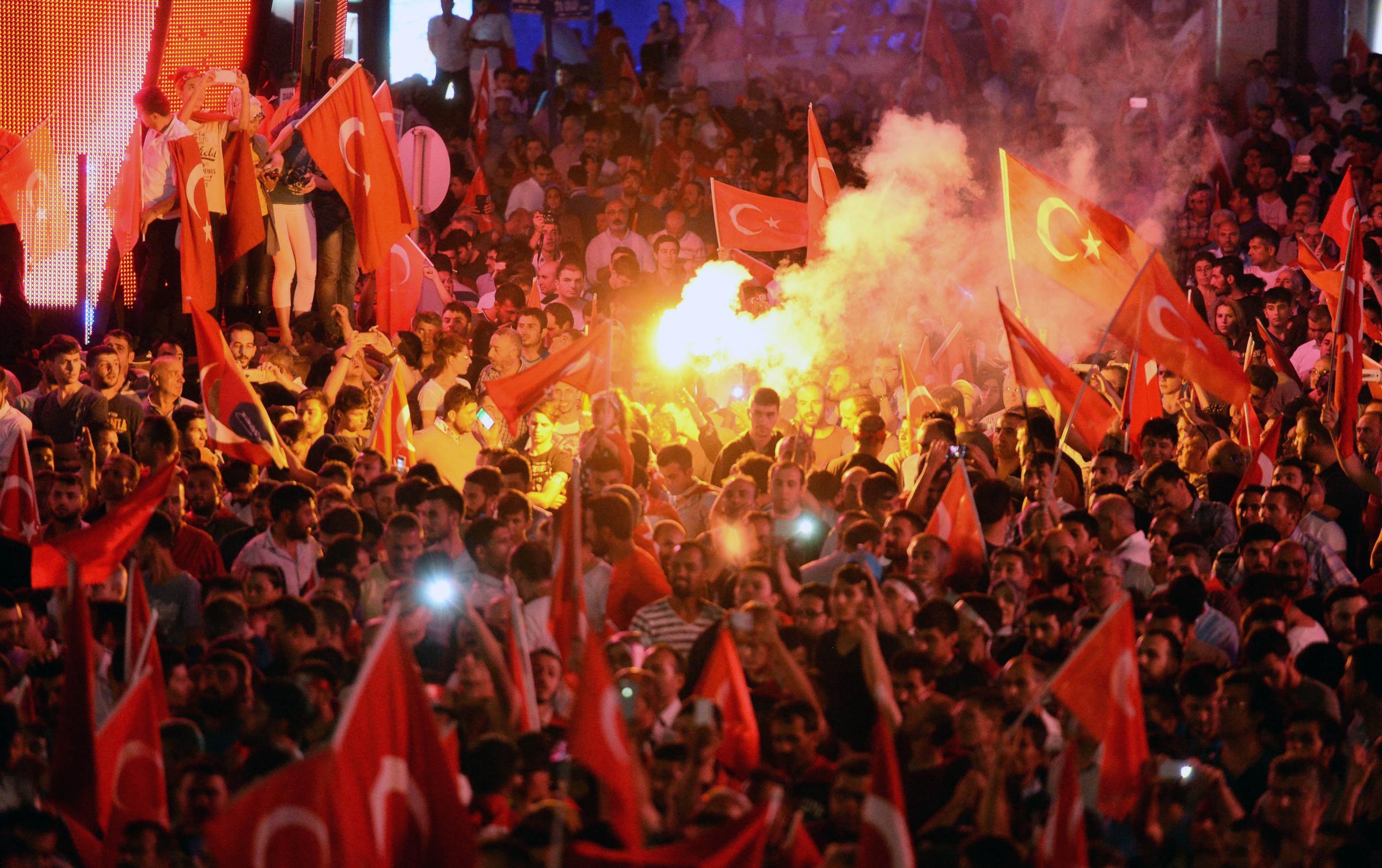 Turchia, sostenitori Erdogan in piazza dopo il fallimento del golpe