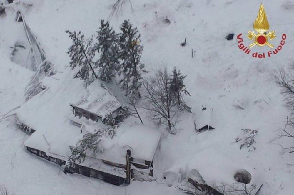 Hotel Rigopiano, undici persone trovate vive sotto la slavina: soccorritori lavorano senza sosta