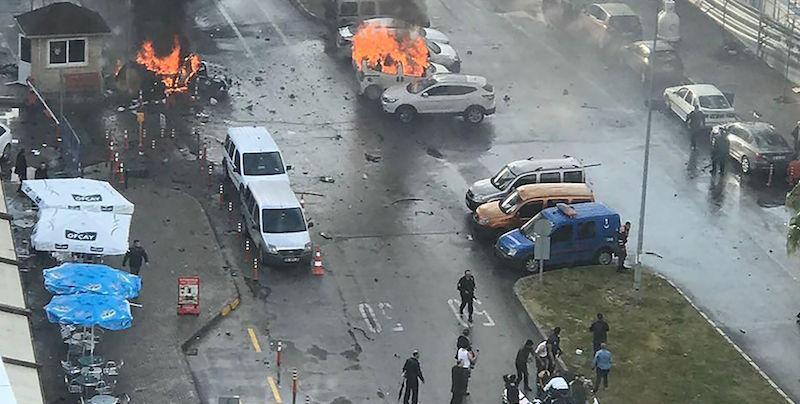 Turchia, autobomba esplode davanti al tribunale di Smirne: nella città si indagava per la strage di Capodanno