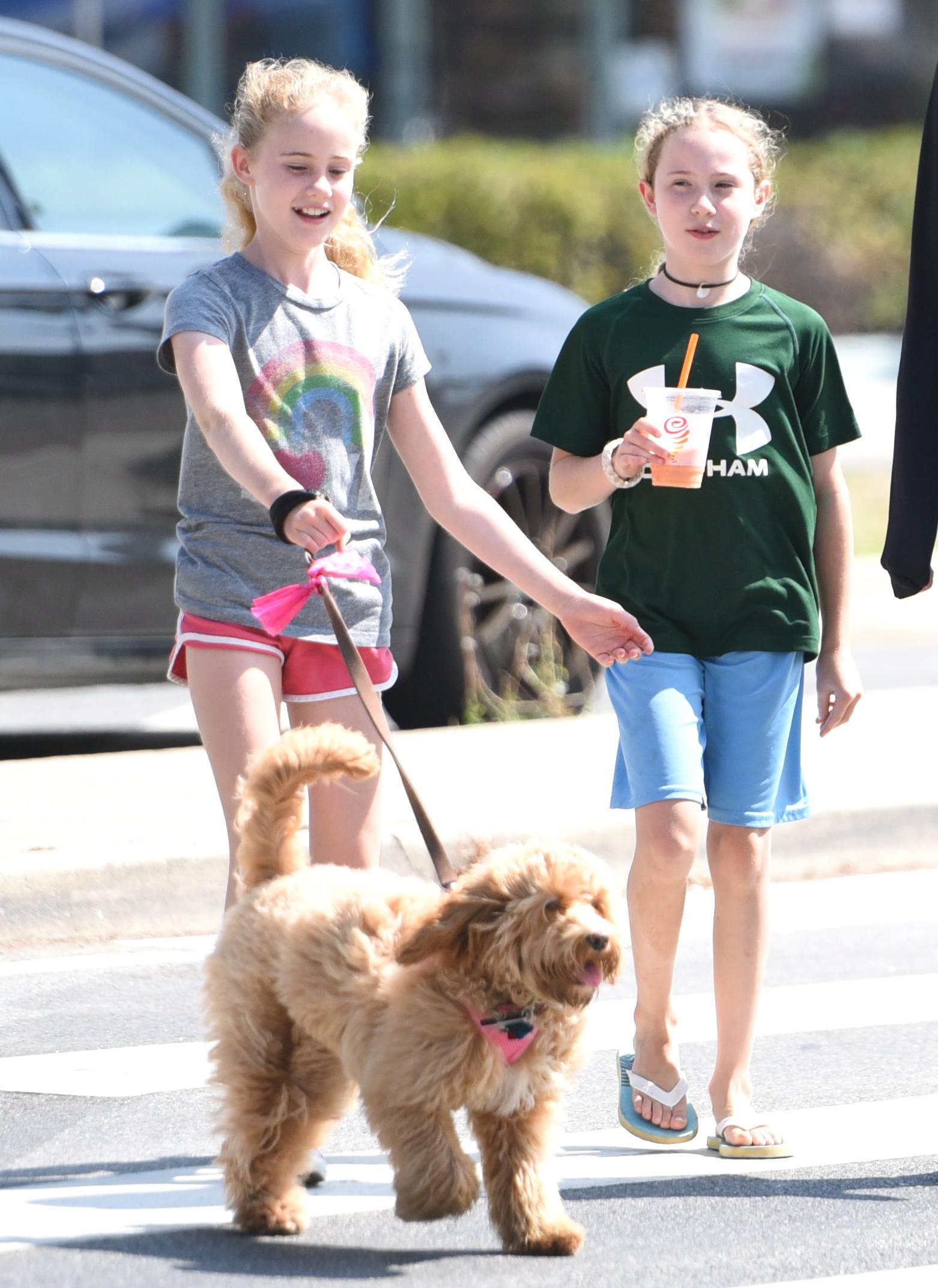 Marcia Cross passeggia con le figlie gemelle ed il cane