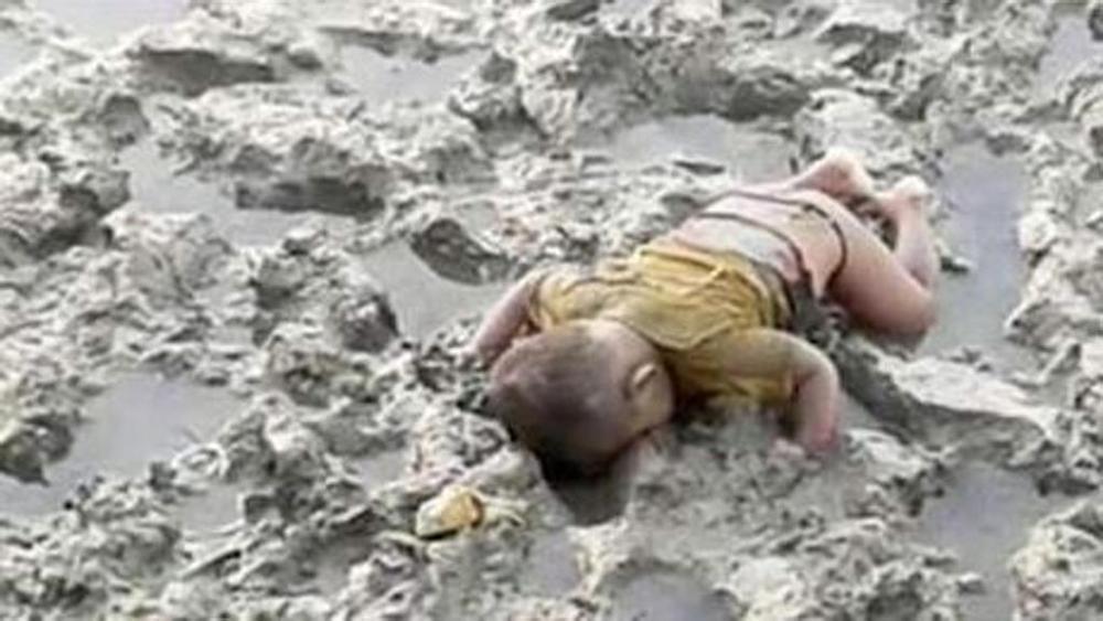 Birmania, la foto del bambino Rohingya morto nel fango fa il giro del web: Mohammed come Aylan