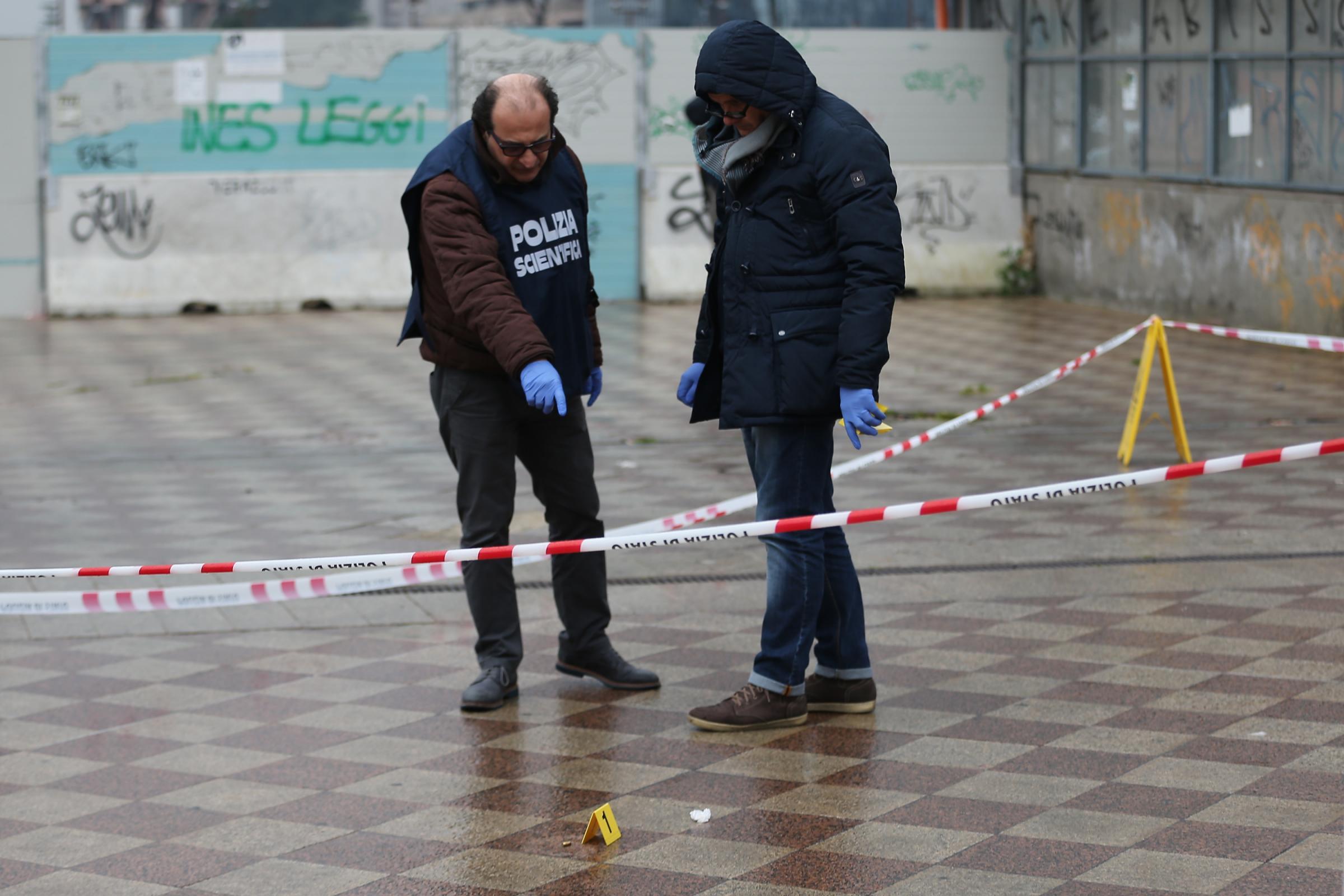 Napoli, spara e ferisce ex moglie e il nuovo compagno: aveva già ucciso in passato
