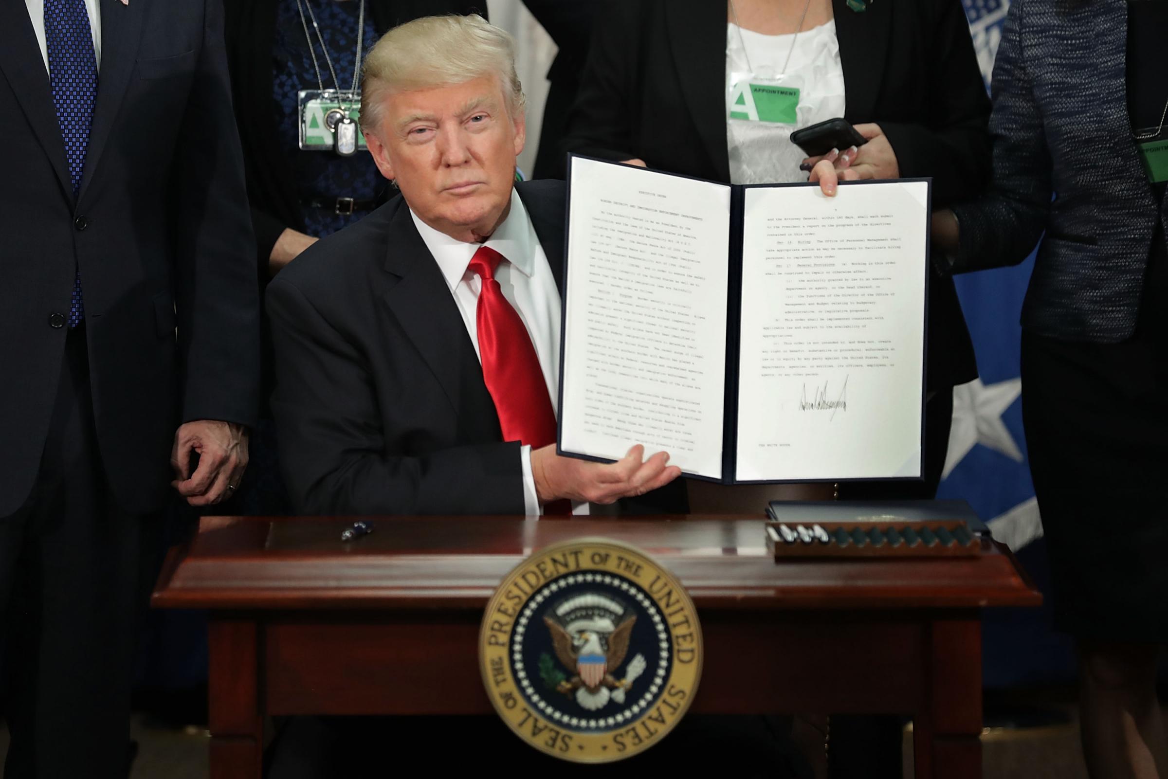 Donald Trump e il muro: tutte le scelte del nuovo Presidente che creano polemiche