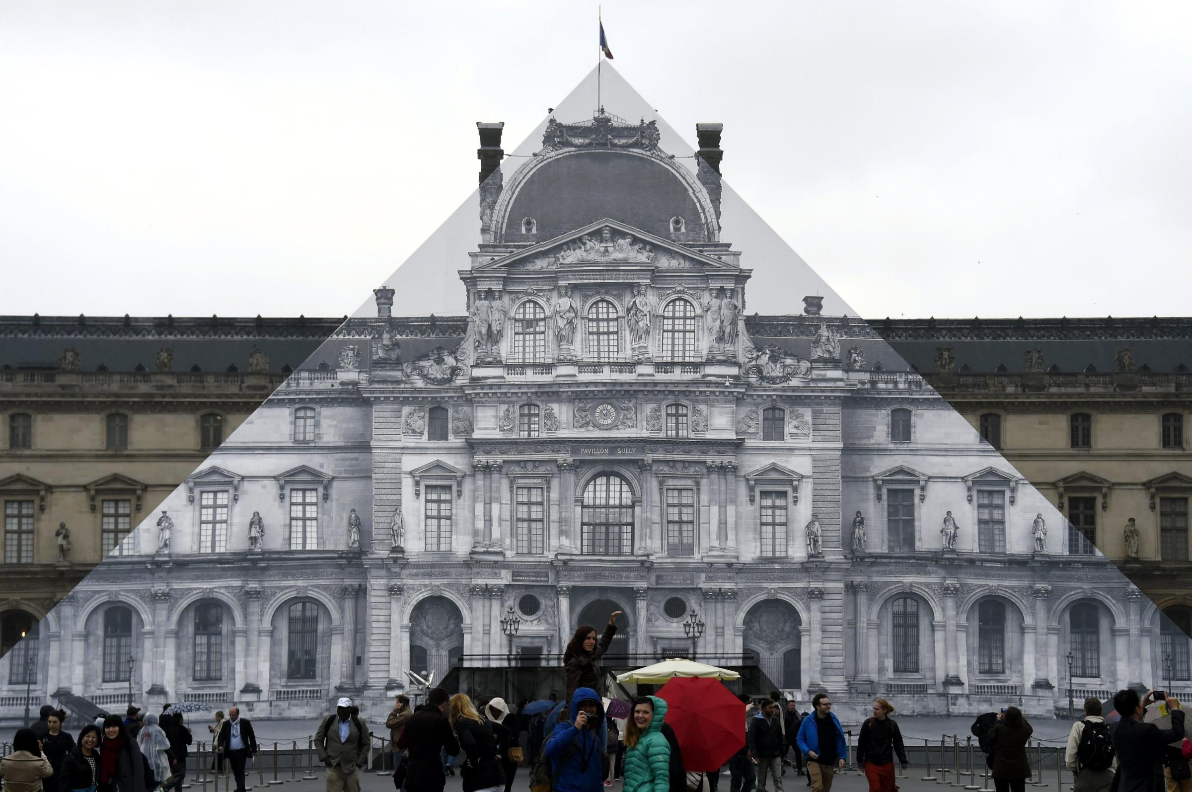Assalto militare al Louvre: soldati sparano ad un uomo armato di coltello