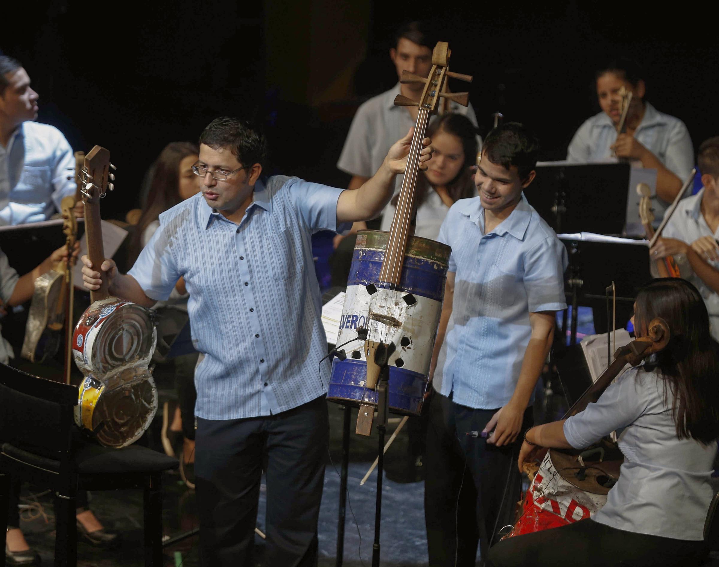 Festival di Sanremo 2017: ospiti i ragazzi dell'Orquestra de Reciclados con gli strumenti creati dalla spazzatura