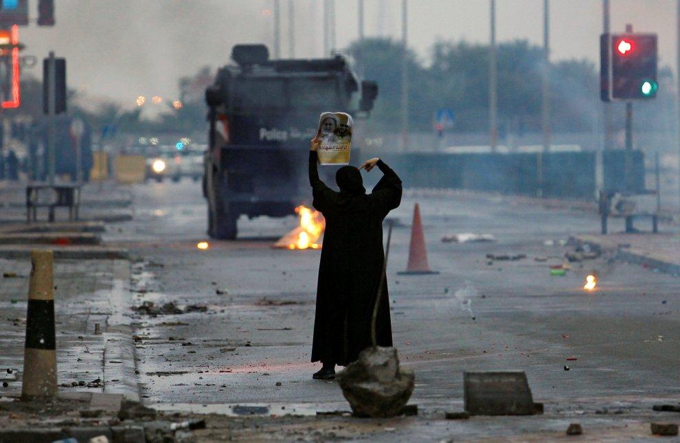 Bahrein, la donna simbolo degli scontri di San Valentino: sola contro la polizia