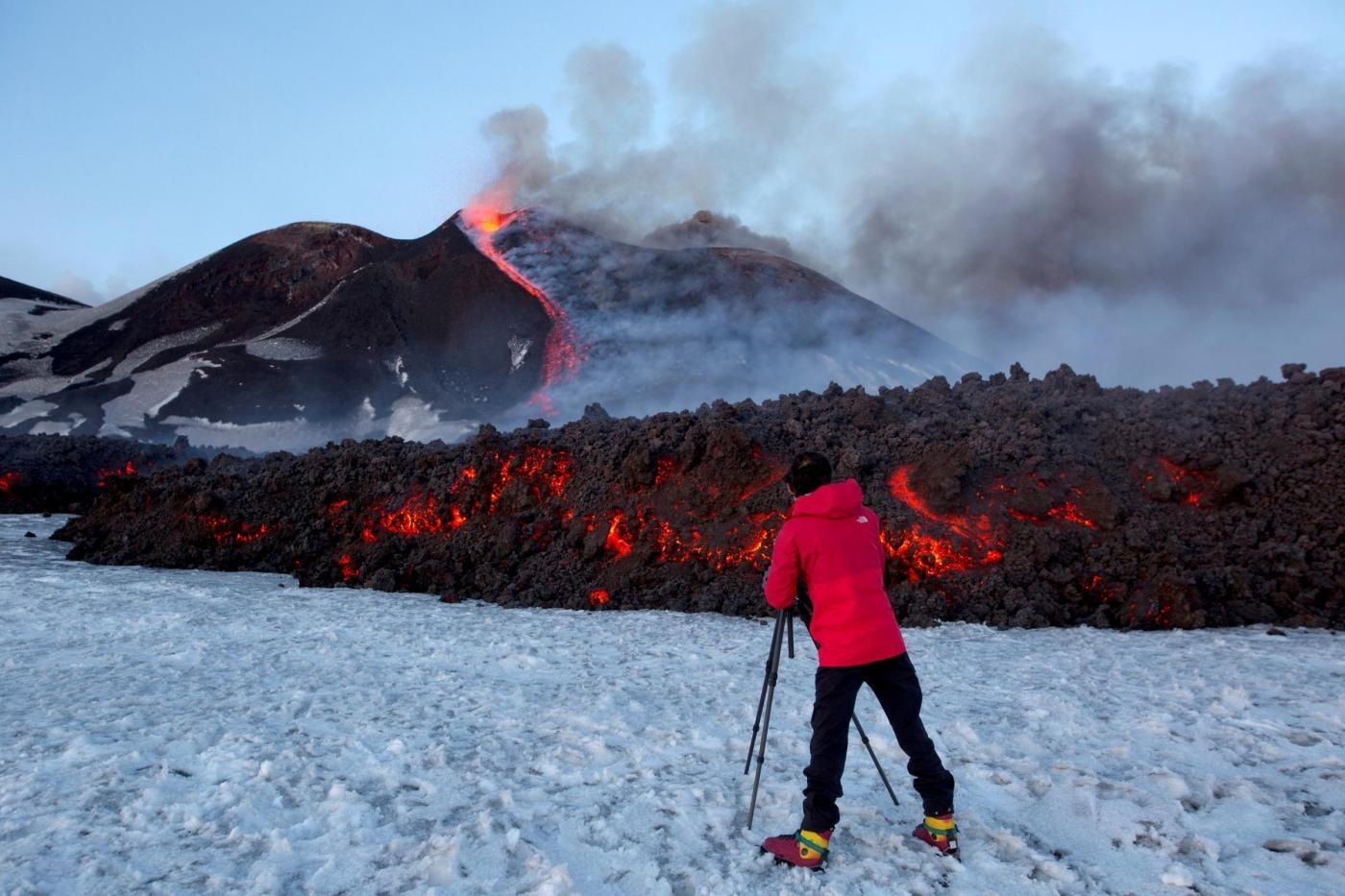 Catania, contatto tra lava e neve scatena esplosione sull' Etna