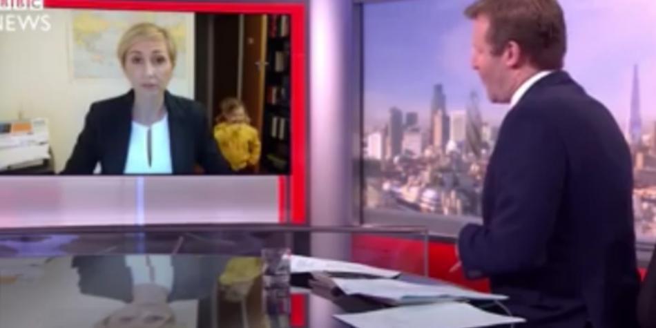 La parodia sull'intervista della BBC interrotta: e se fosse stata una donna-mamma?