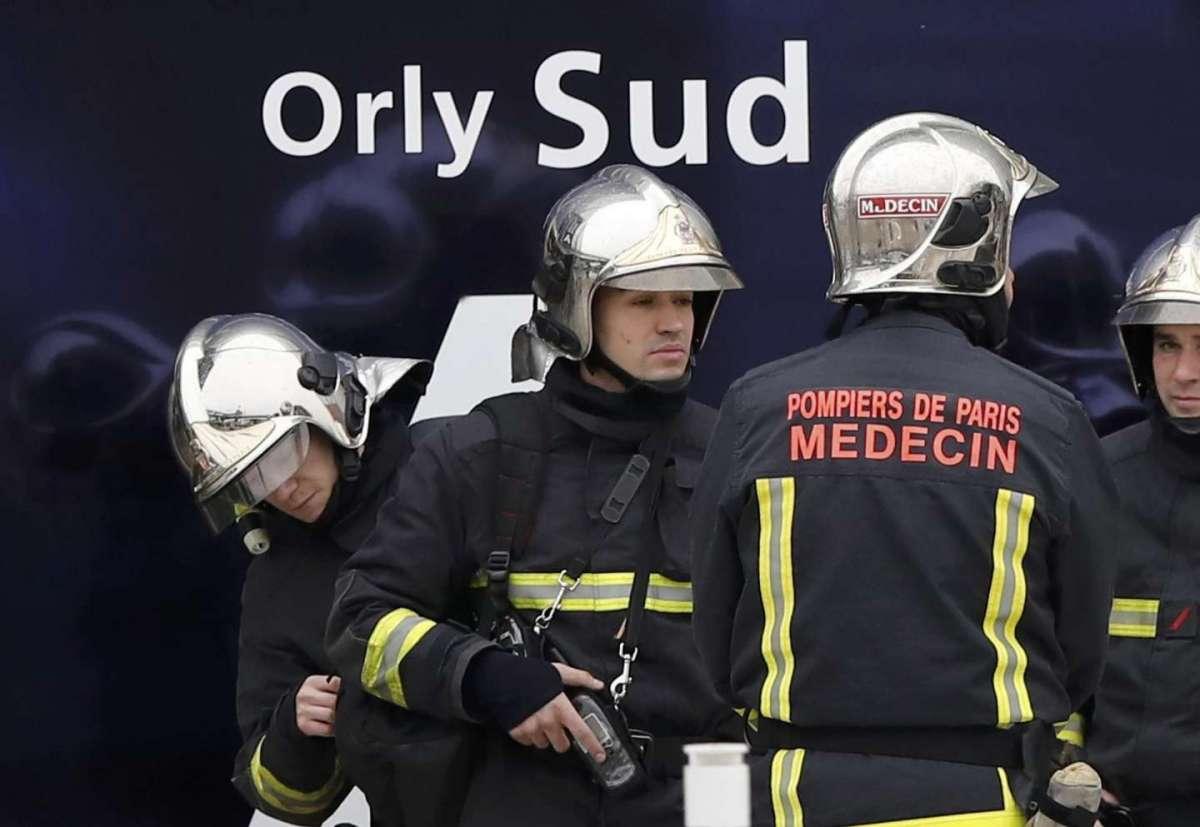 Sparatoria all'aeroporto di Parigi-Orly: ucciso assalitore che aveva rubato l'arma al militare