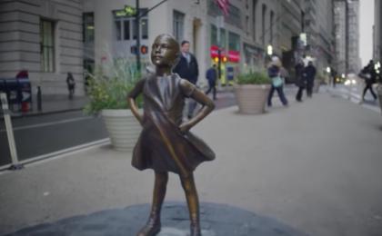 Festa della donna: una statua apparsa nella notte di fronte al Toro di Wall Street