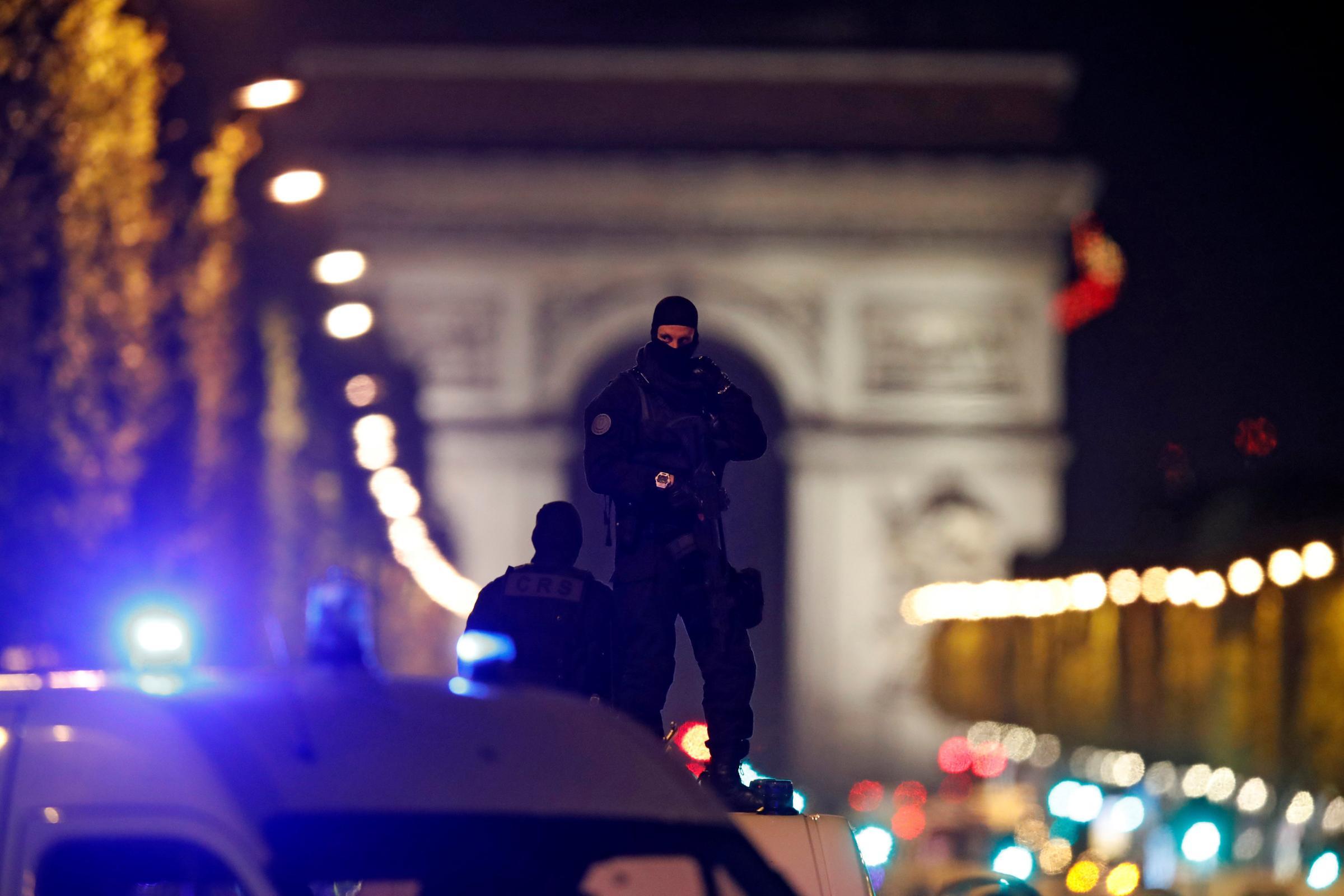 Parigi, attacco sugli Champs Elysées: ucciso un agente e l'attentatore