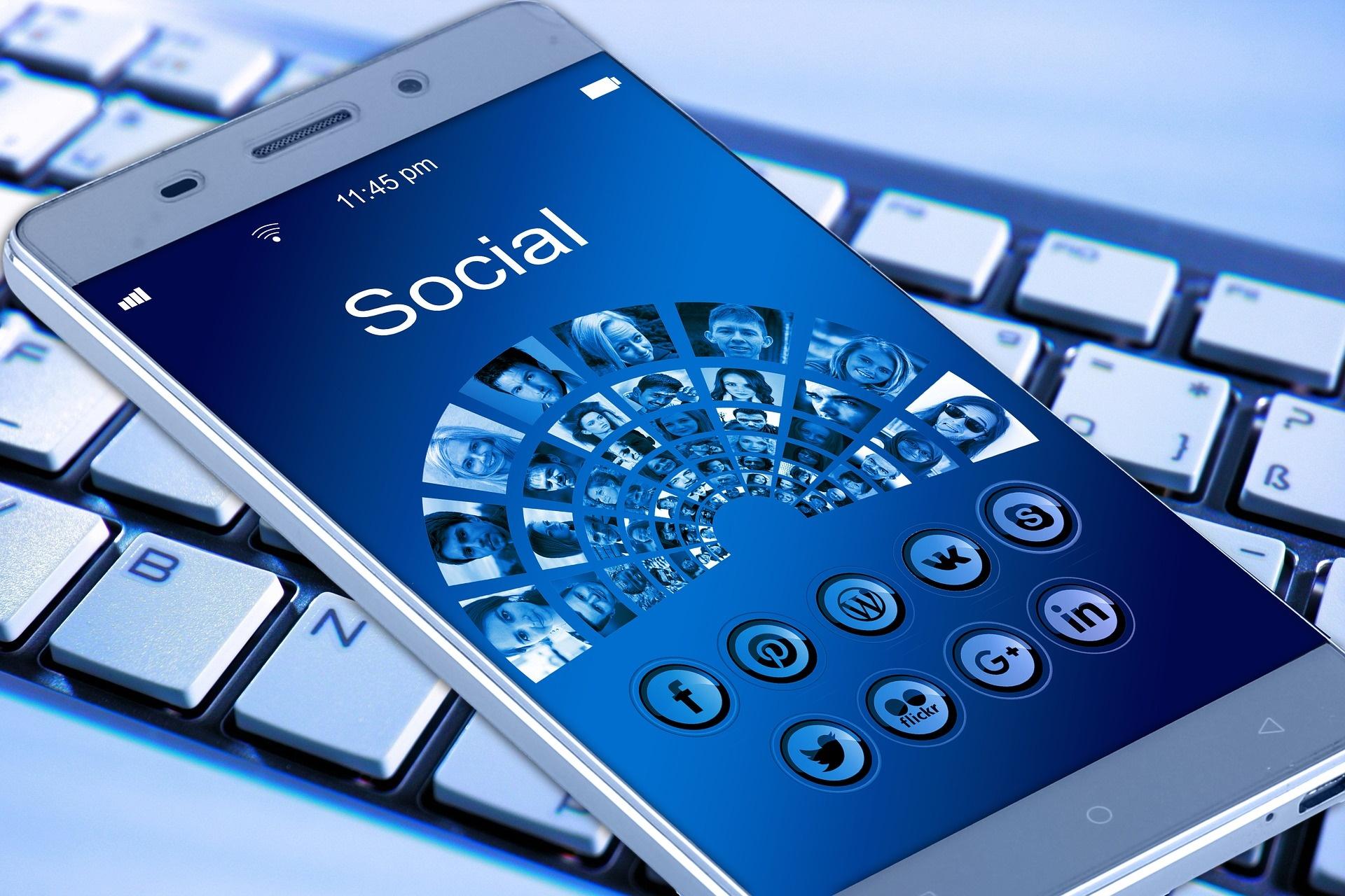 facebook accusa governi