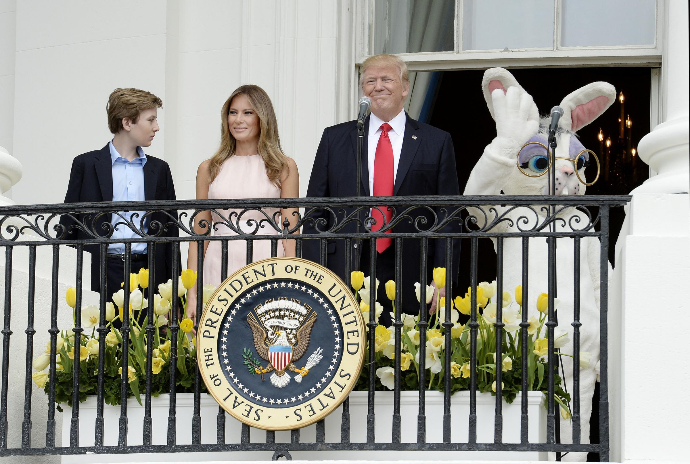 Donald Trump e la gaffe alla cerimonia di Pasqua: Melania lo corregge e diventa virale