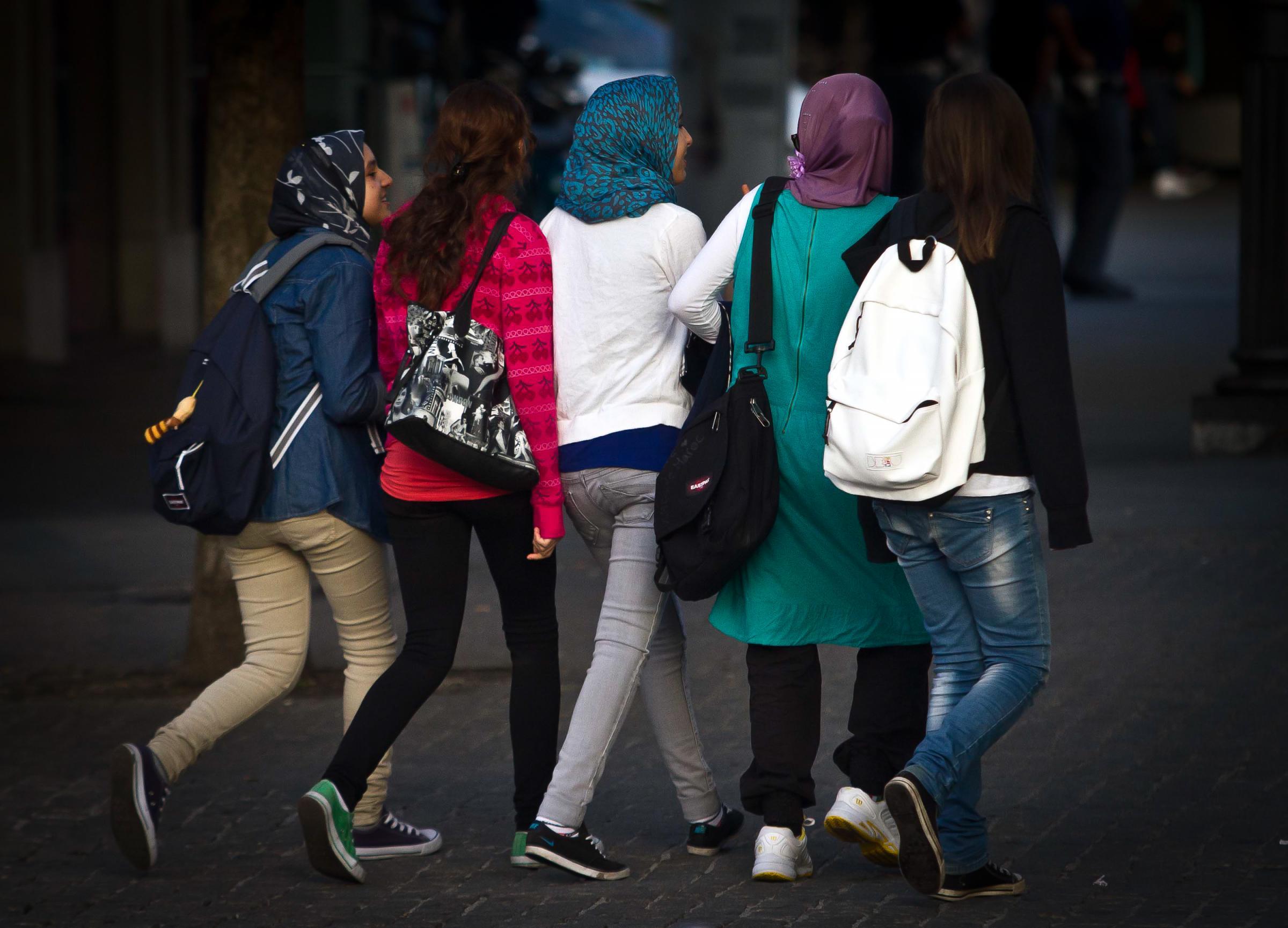 Pavia, minorenne marocchina frustata dai genitori perché veste all'occidentale: tolta alla famiglia
