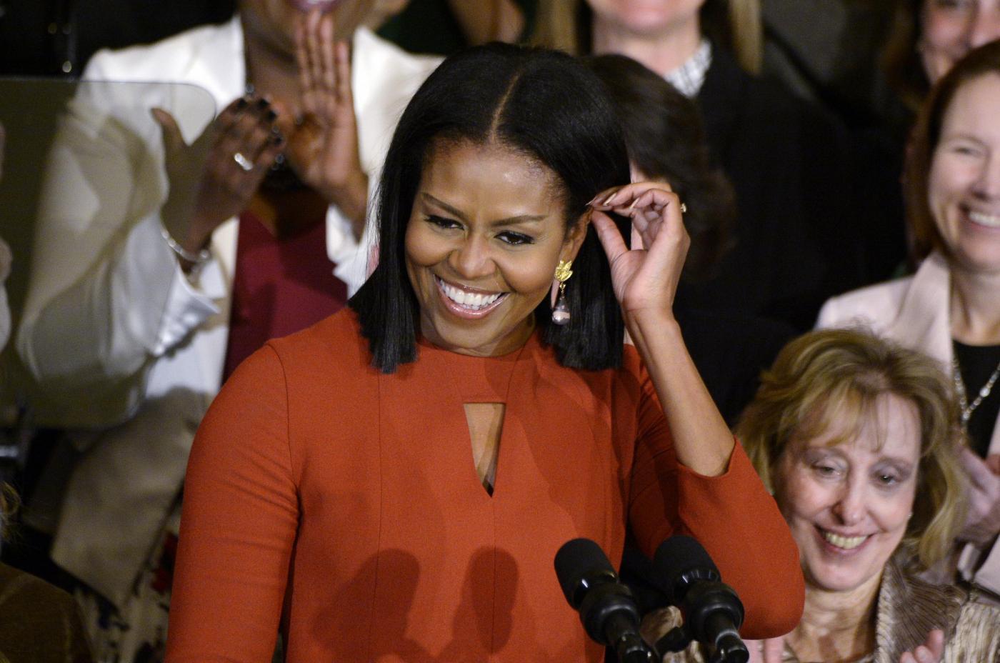 Michelle Obama mostra i capelli al naturale, il web è pazzo di lei
