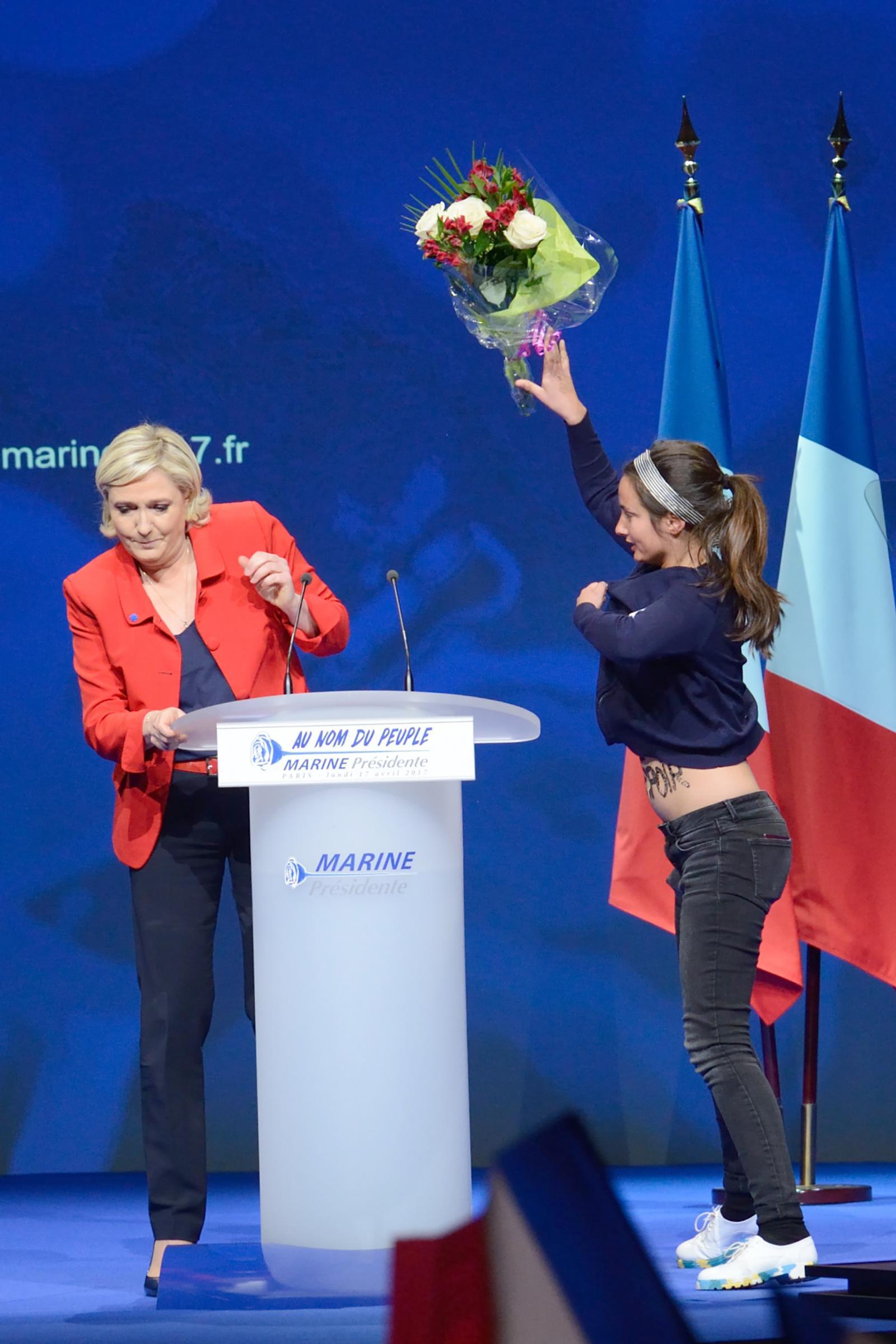 Scontri al comizio Le Pen, Femen irrompe sul palco