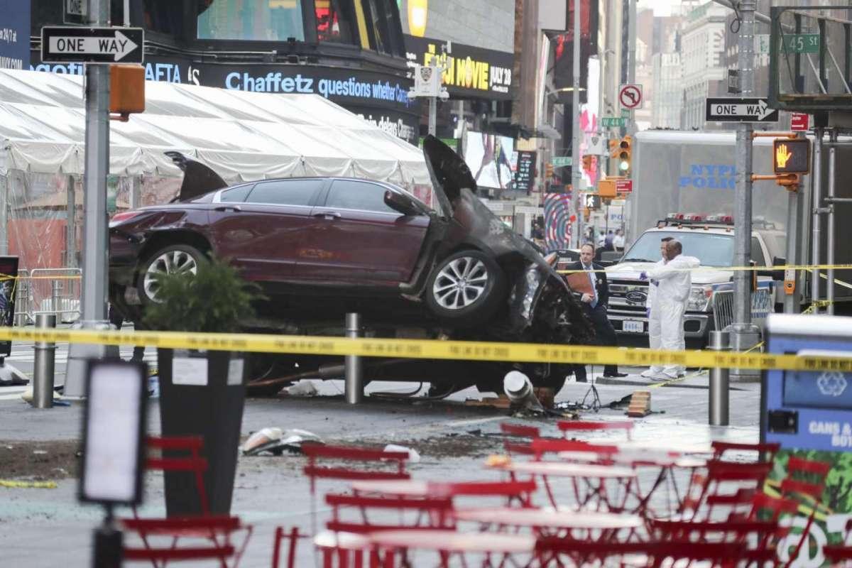 New York, auto sulla folla a Times Square: 1 morto e 23 feriti, arrestato il conducente