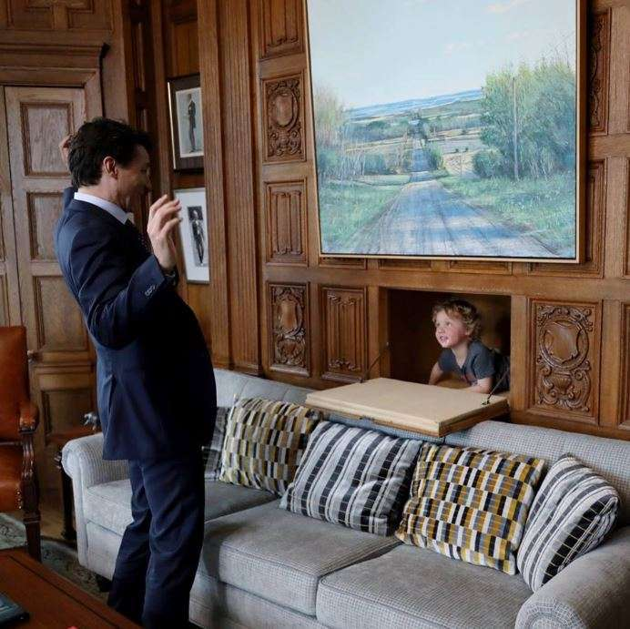 Justin Trudeau papà modello, le foto con il figlio fanno il giro del mondo