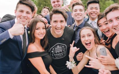 Justin Trudeau e la festa del diploma: fa l'imbucato d'onore e il web lo adora sempre di più