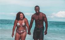 Lamore vero non ha ostacoli, la foto della coppia al mare che sta facendo il giro del web