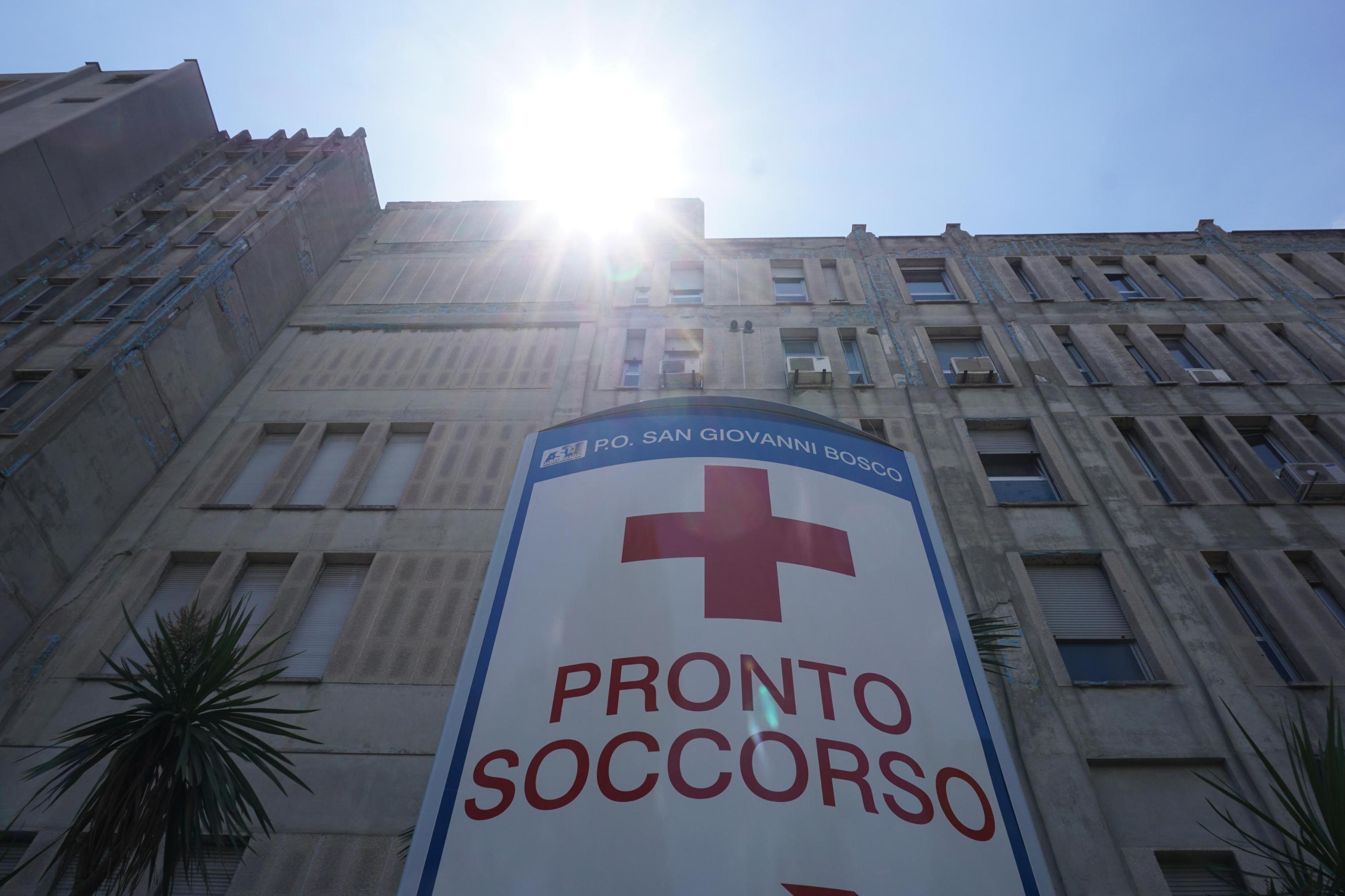 """Zanzare e scarafaggi in un ospedale di Napoli, la direzione: """"Oggi disinfestazione"""""""
