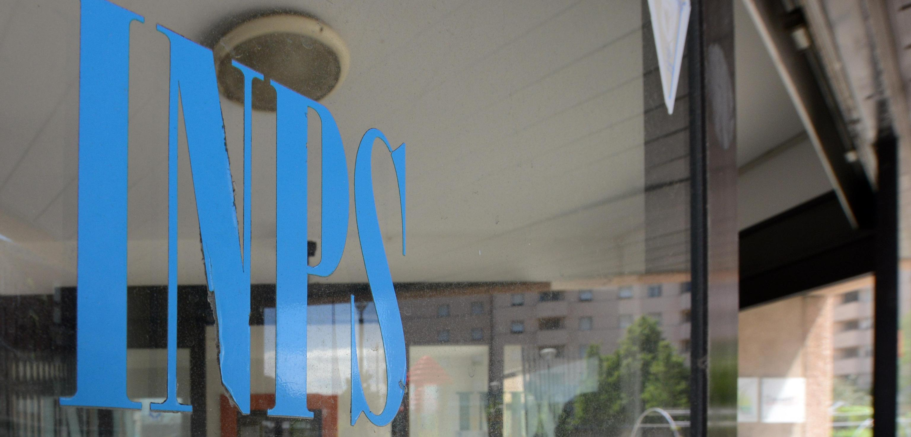 Torino, disoccupata di 46 anni si dà fuoco nella sede Inps: 'Sono esasperata'