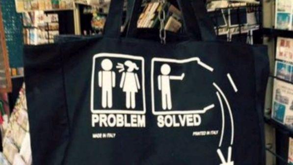 Firenze, la borsa-souvenir pro femminicidio: scoppia la polemica