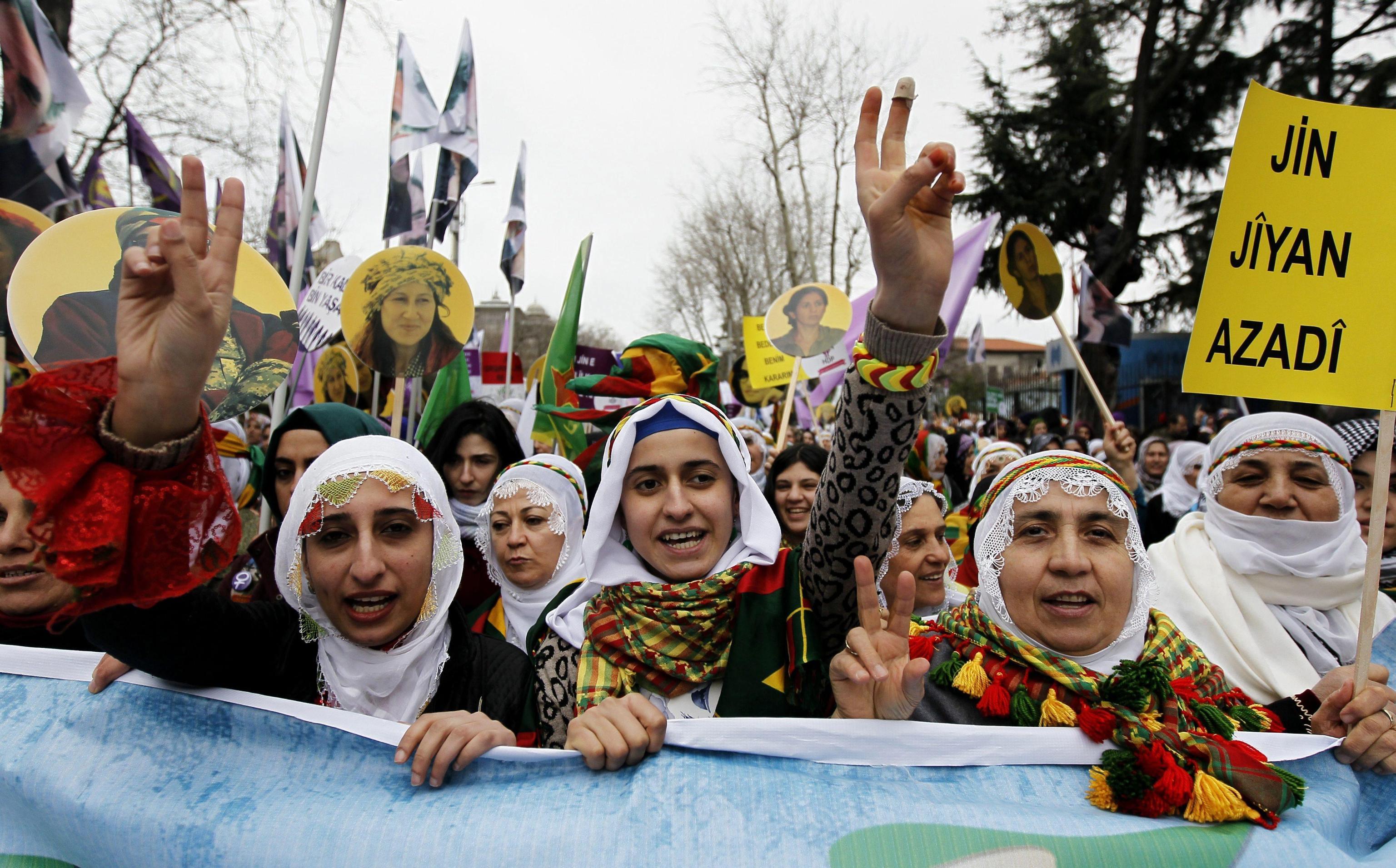 """Turchia, le donne di Istanbul in marcia: """"Ci vestiamo come ci pare"""""""