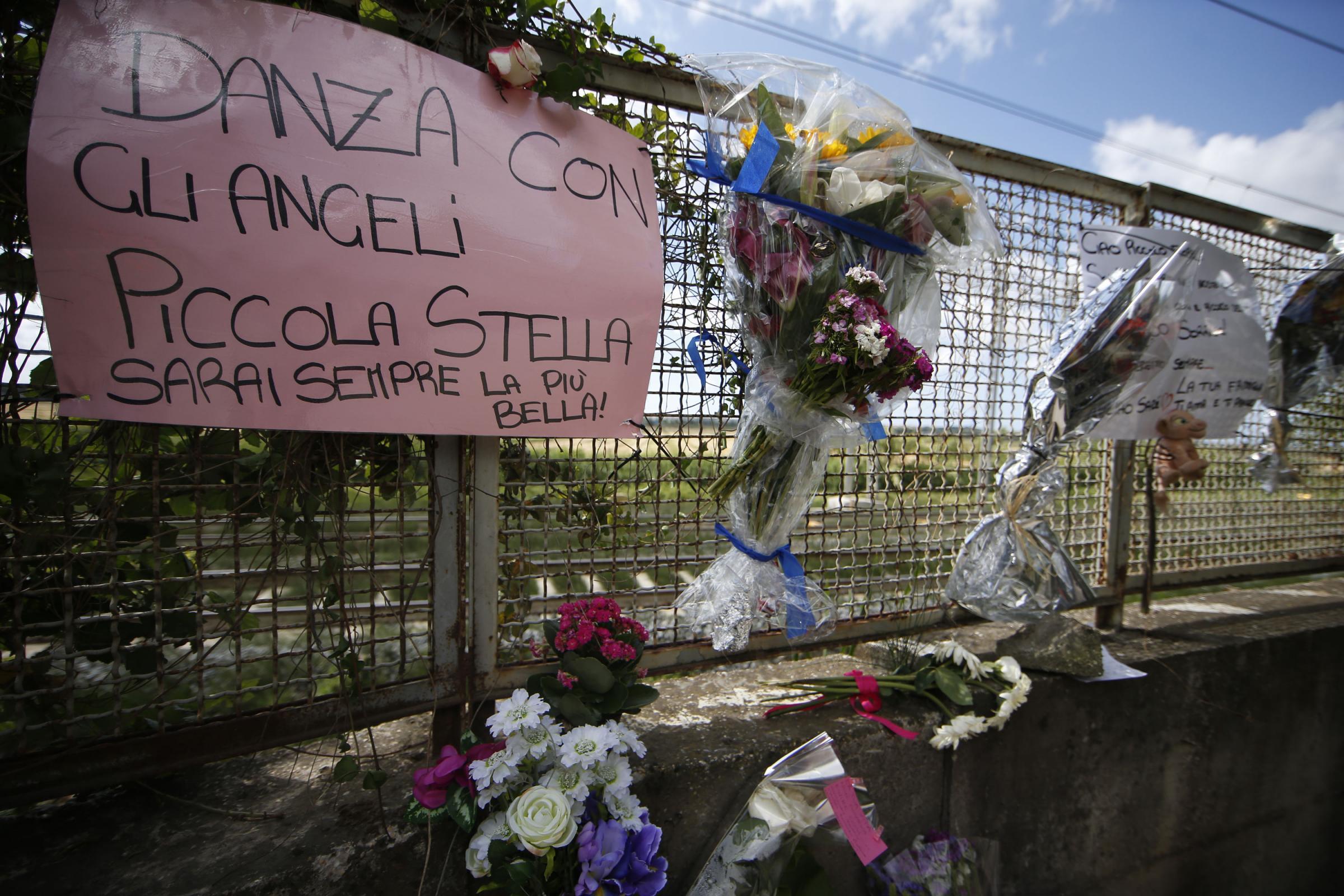Roma, fiori e messaggi per la ragazza carbonizzata alla Magliana