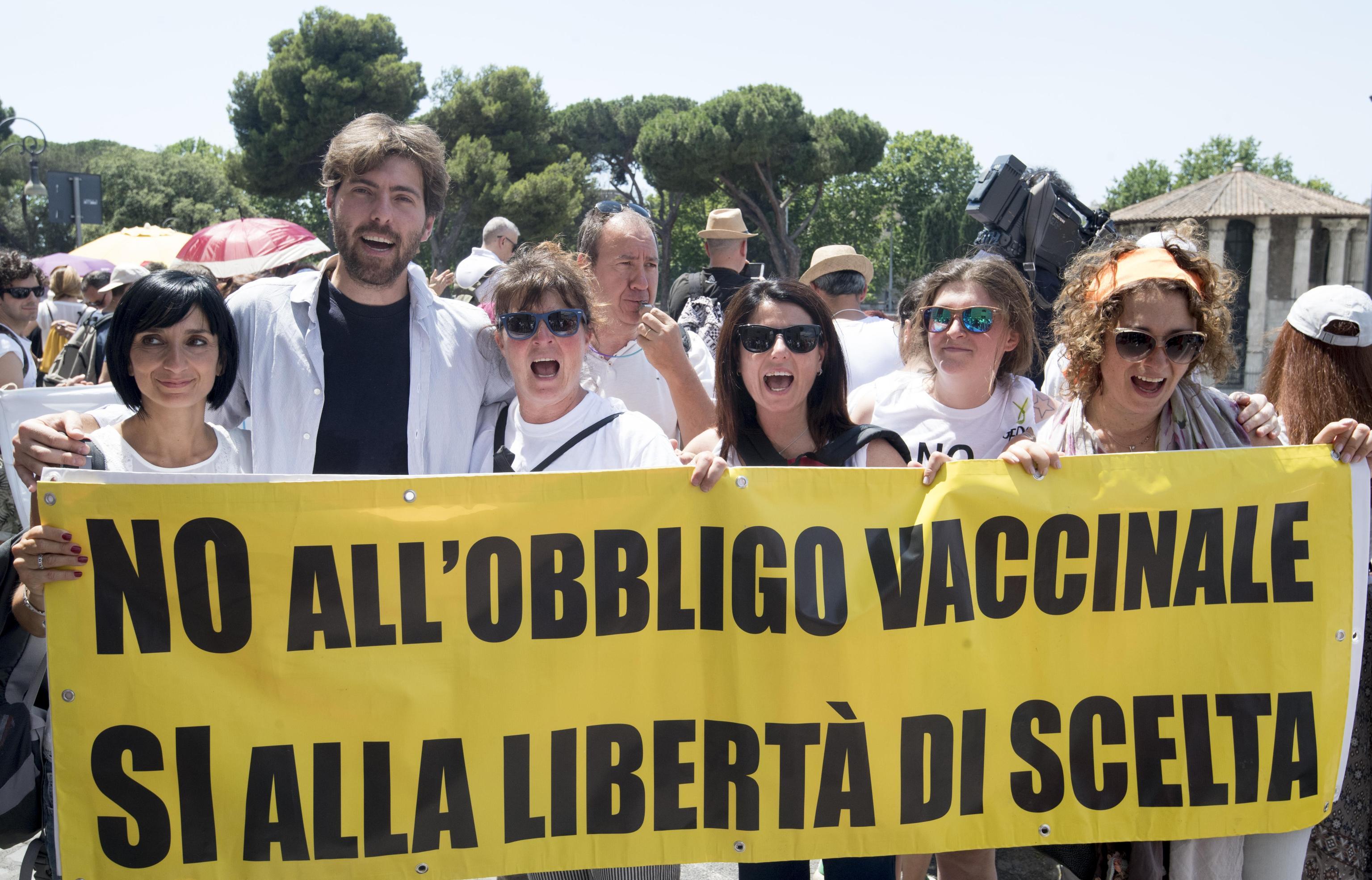 accini: corteo 'no vax' a Roma, 'libertà di scelta'