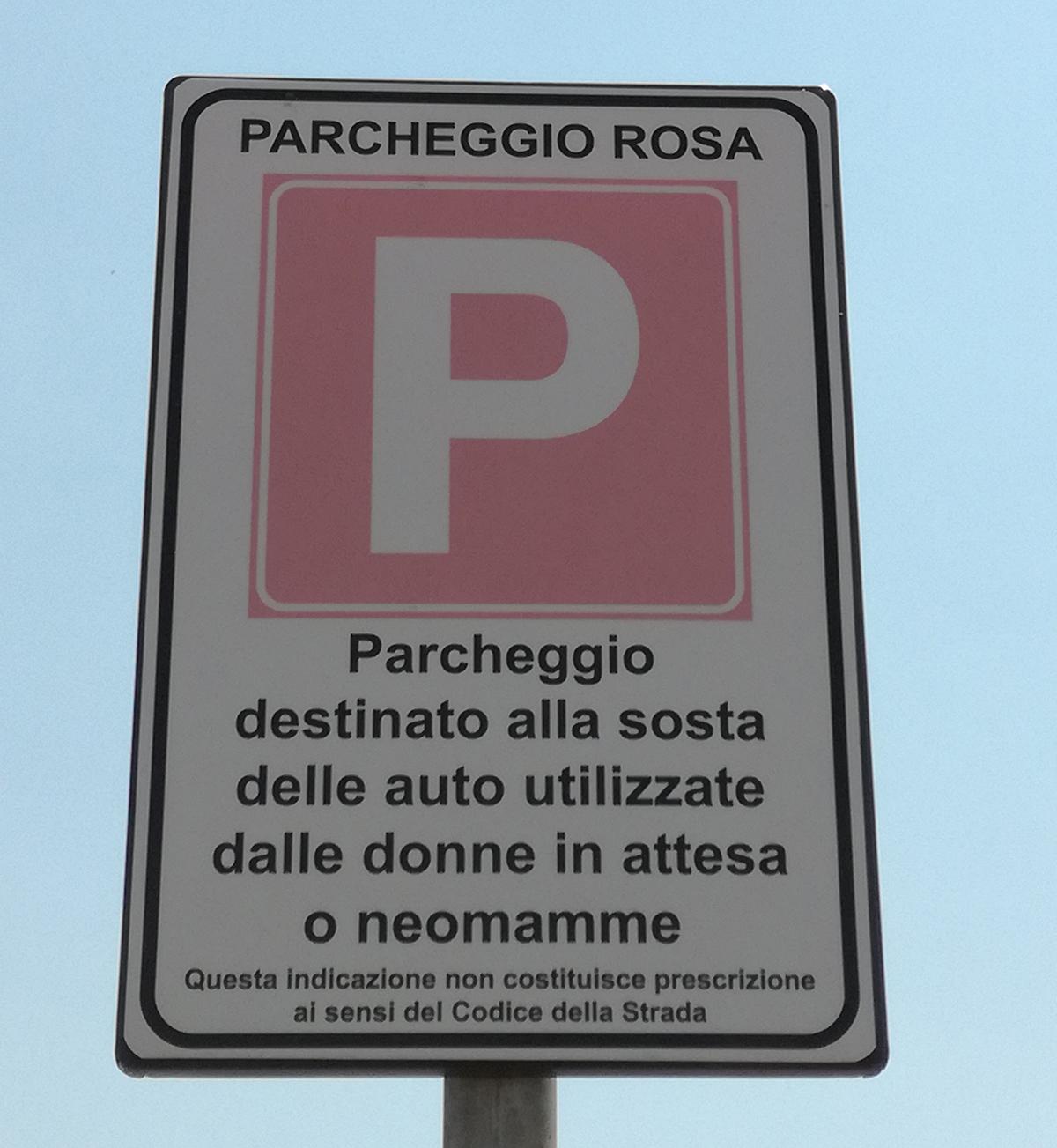 Parcheggi rosa per donne etero e italiane: dopo la bufera il dietrofront del sindaco di Pontida