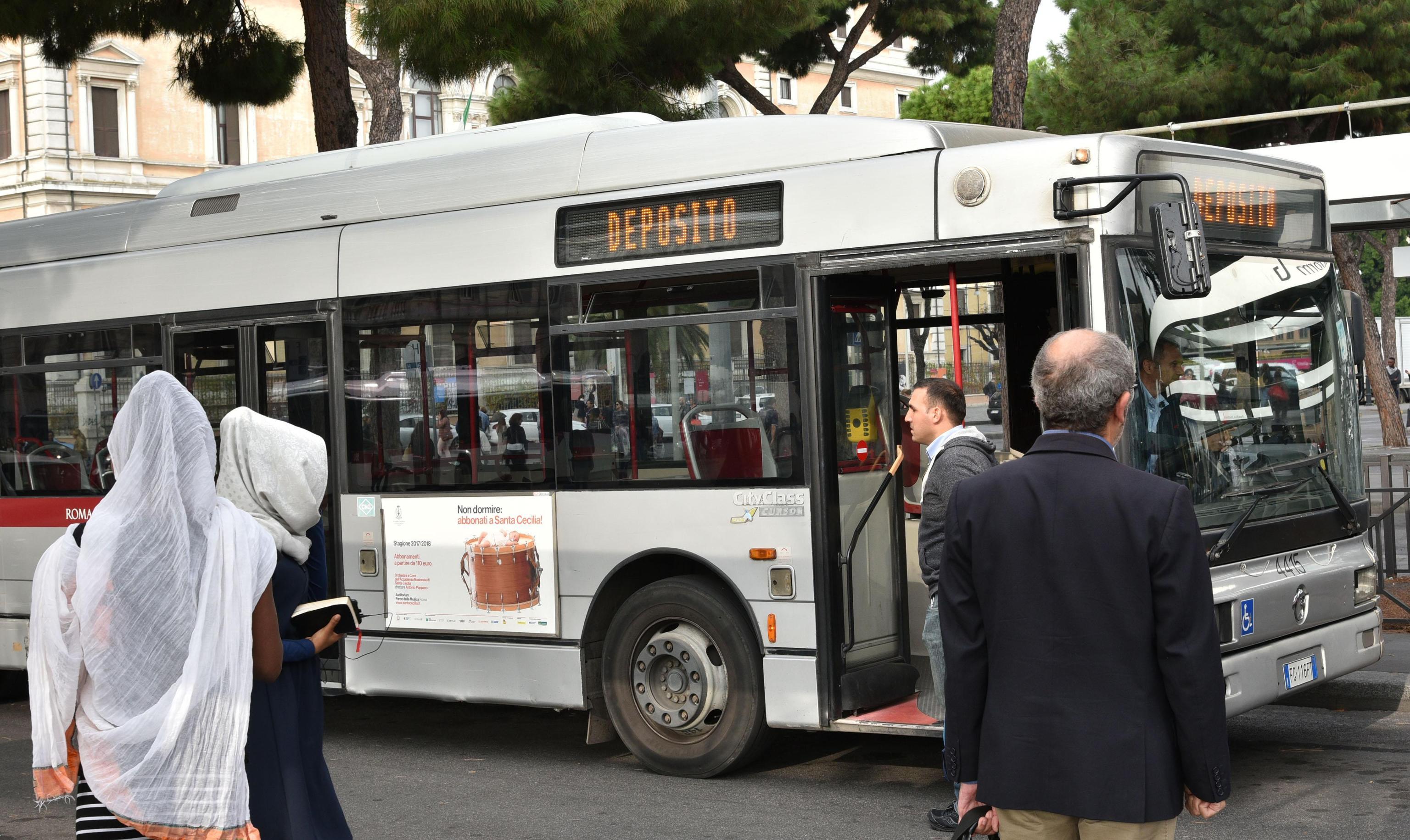 Treviso, autista aggredita sull'autobus: salva grazie allo spray al peperoncino