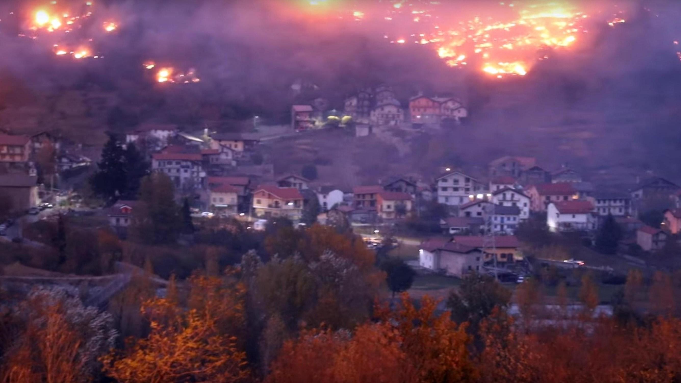Incendi in Piemonte: oltre 600 sfollati in Val di Susa, allarme inquinamento a Torino